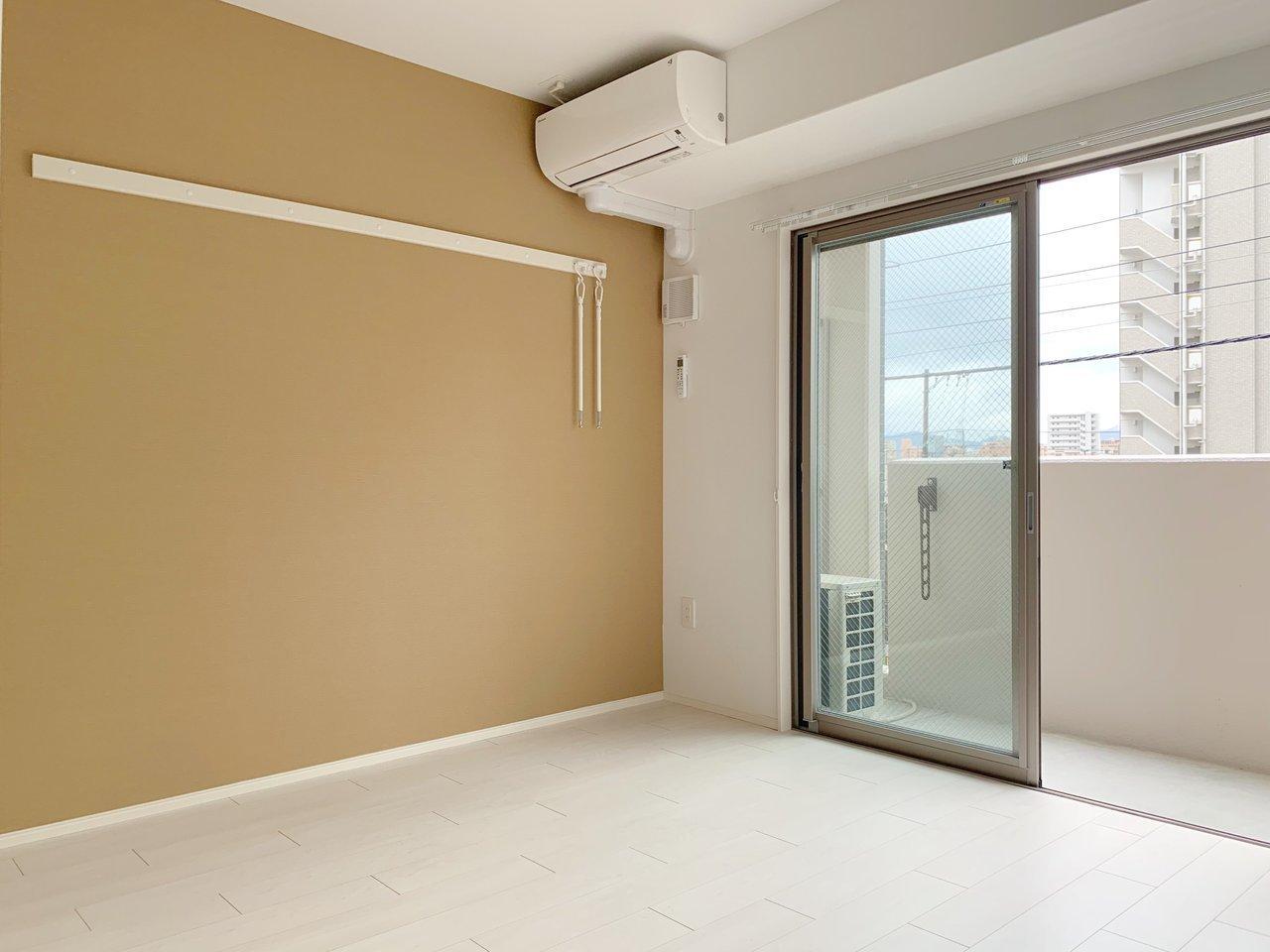 蔦屋家電のすぐ近くにある新築マンション。お部屋は8畳ほどと良いサイズ。マスタードカラーのアクセントクロスがおしゃれです。
