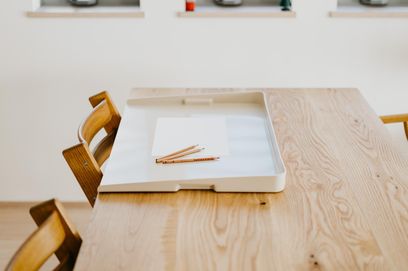 お子さんたちがリビングでお絵かきやお勉強をするときに活躍しているのが、こちらの「リビングパレット」です。