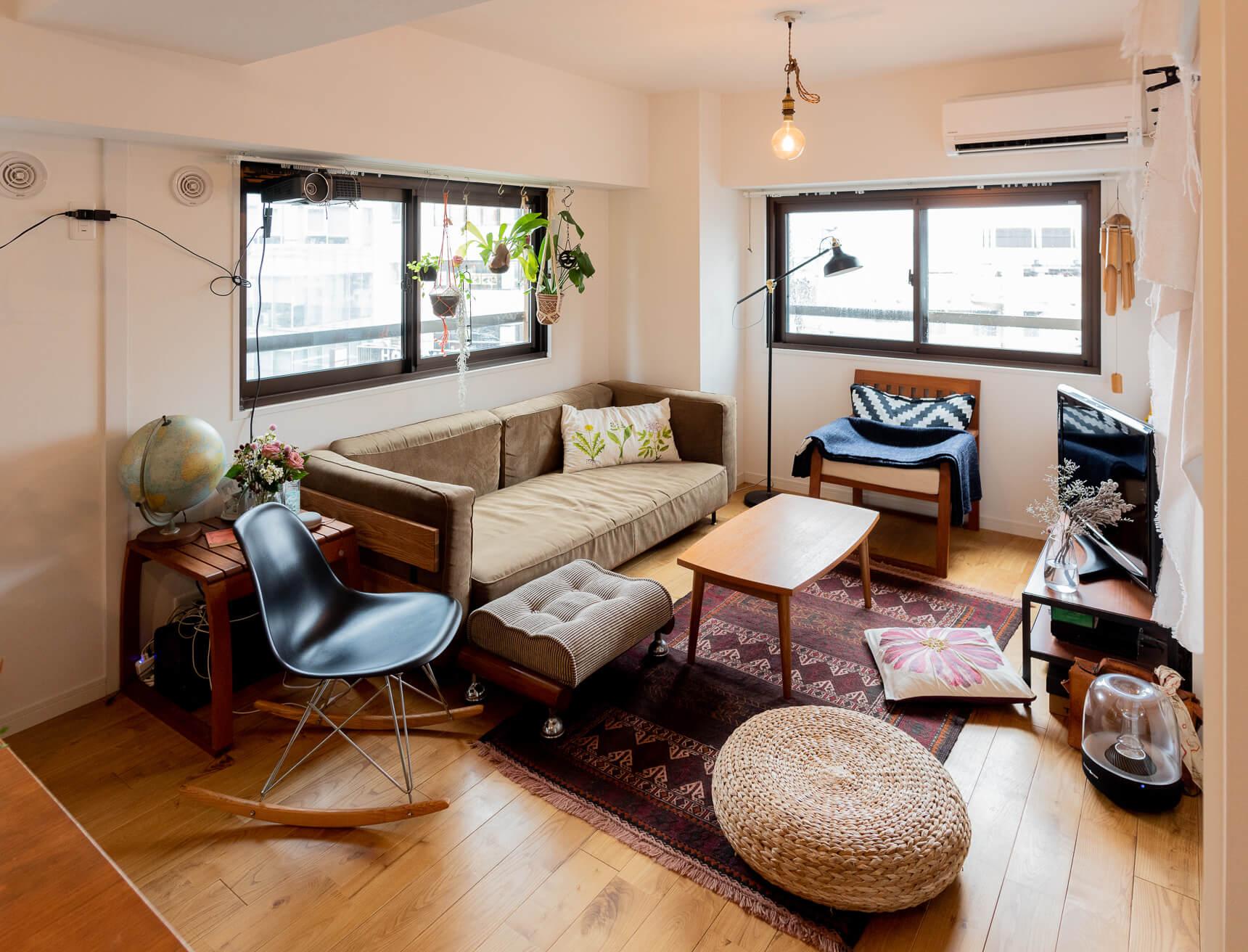 お客さんをたくさん招いた場合に「座る場所が足りない…」となってしまわないように、たくさんの椅子やプフ、クッションを組み合わせてくつろぐ場所をたくさん作っています(このお部屋はこちら)