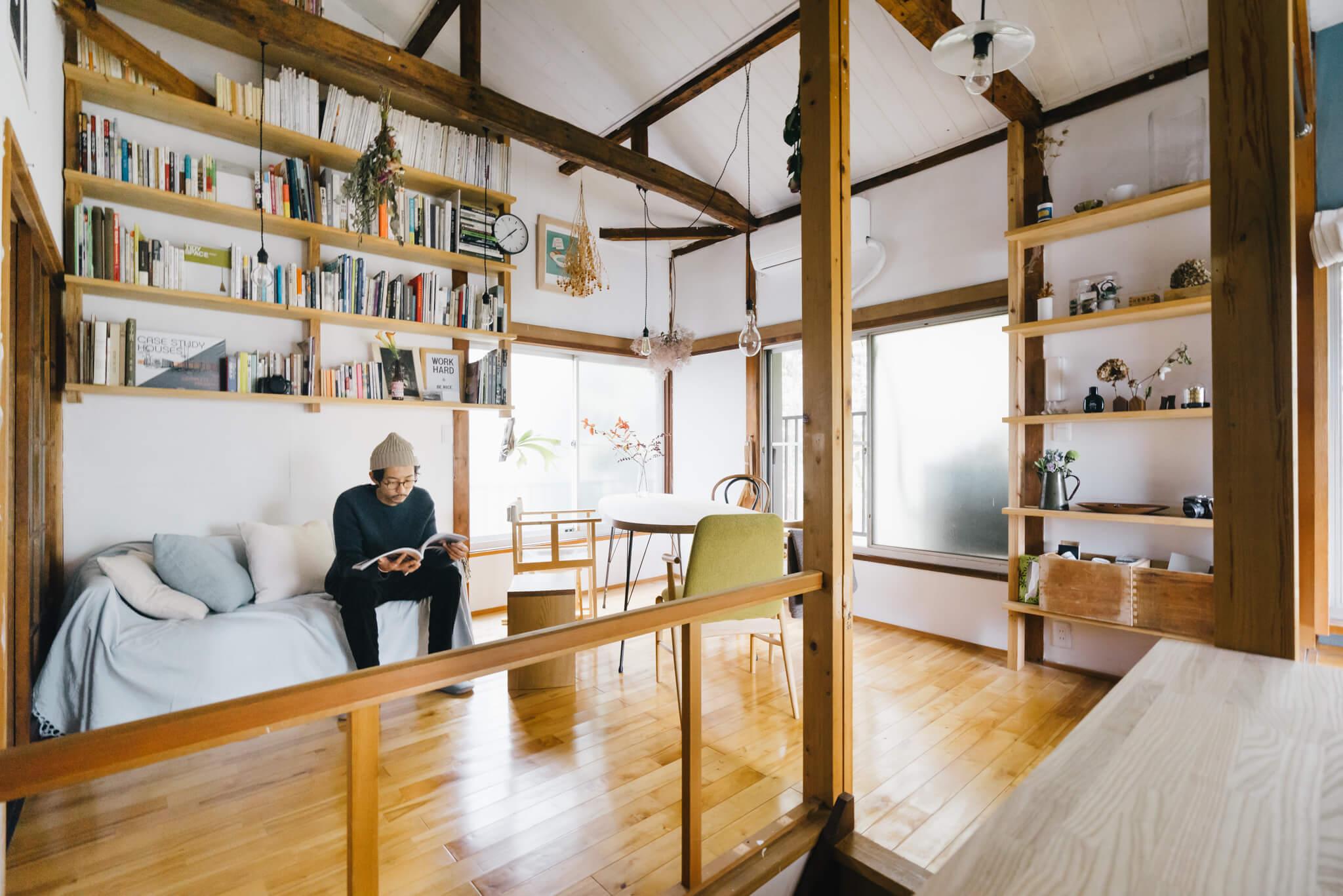 ソファの定位置、「テレビの前」だけじゃないんです。例えば本棚の前、窓のそばなど、自分が一番リラックスできる場所に配置してみましょう。(このお部屋はこちら)