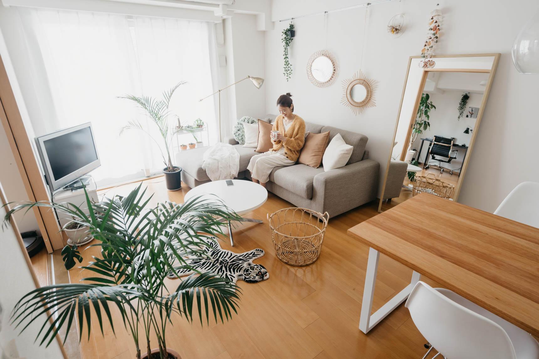 二人暮らしなら3シーター、カウチ付きのものを選ぶなど、ゆったりした座面のソファがくつろぐにはぴったり。 大きなソファは、座面が低く色味の明るいものを選べば圧迫感なく使えます。