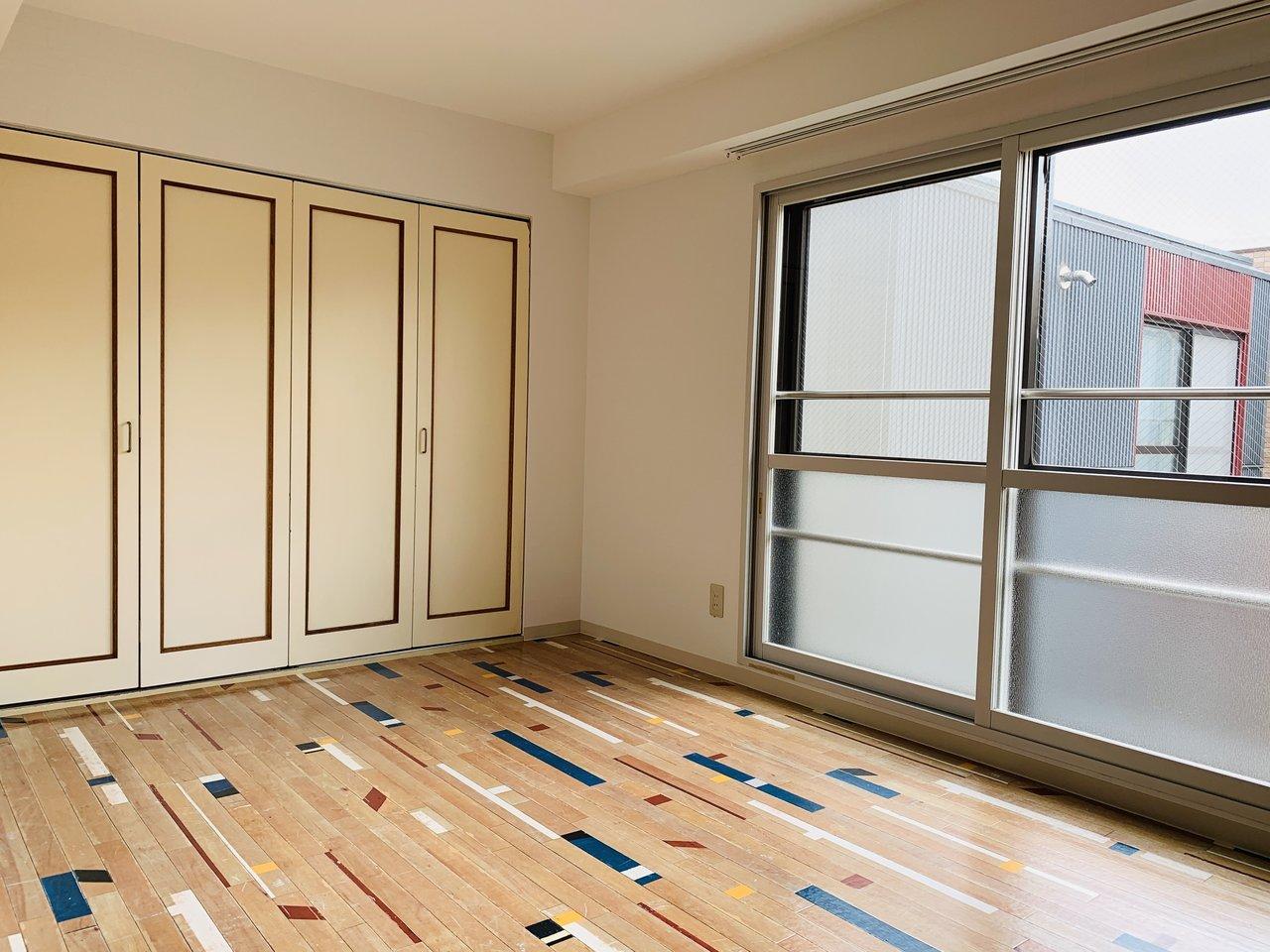 洋室の窓は大きく、南向き。光がたっぷりと差し込みます。クローゼットは横幅もあり、大容量!