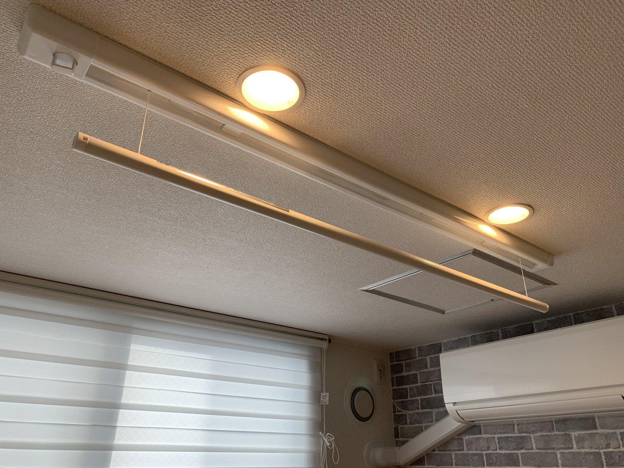 暖かいダウンライトの照明と、その下には物干しスペースが隠れていました。使わない時は隠せるので、こちらも便利です。