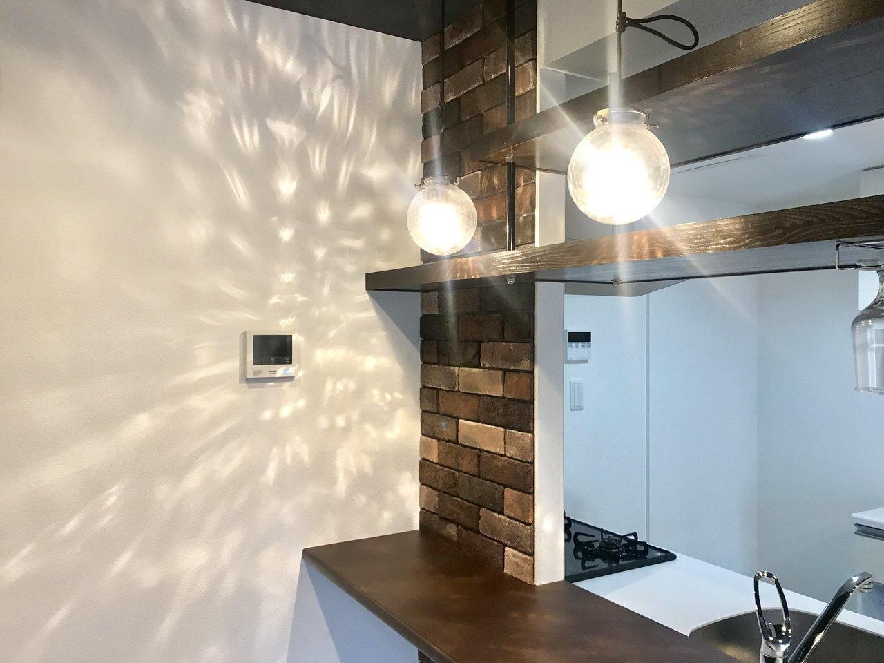 キッチン前の照明も壁に当たると、キラキラとしておしゃれです。決して派手な感じがしないのが、いいところ。