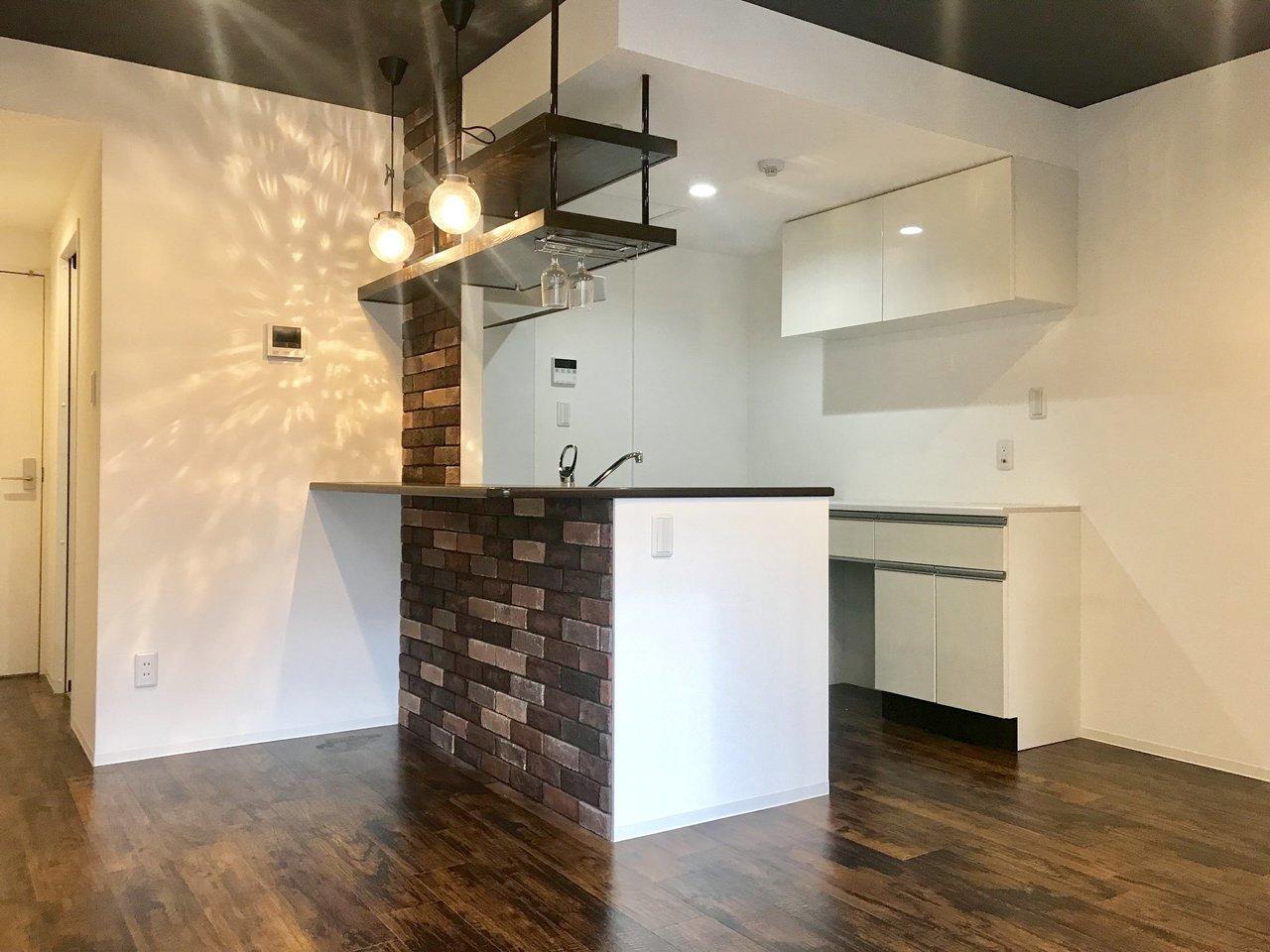次は1LDKのお部屋。なんといってもご紹介したいのは、このおしゃれなキッチン!カウンター式になっているだけでなく、賃貸物件ではあまり見ない、ワインホルダーまでついているんです。