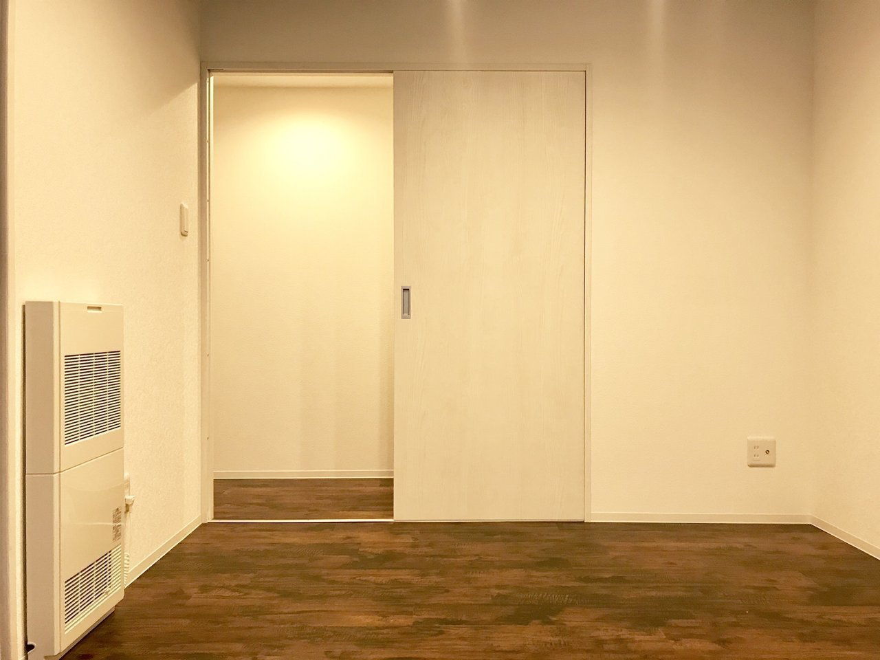 5.5畳の洋室は、寝室になりますかね。こちらには収納スペースもありますよ。