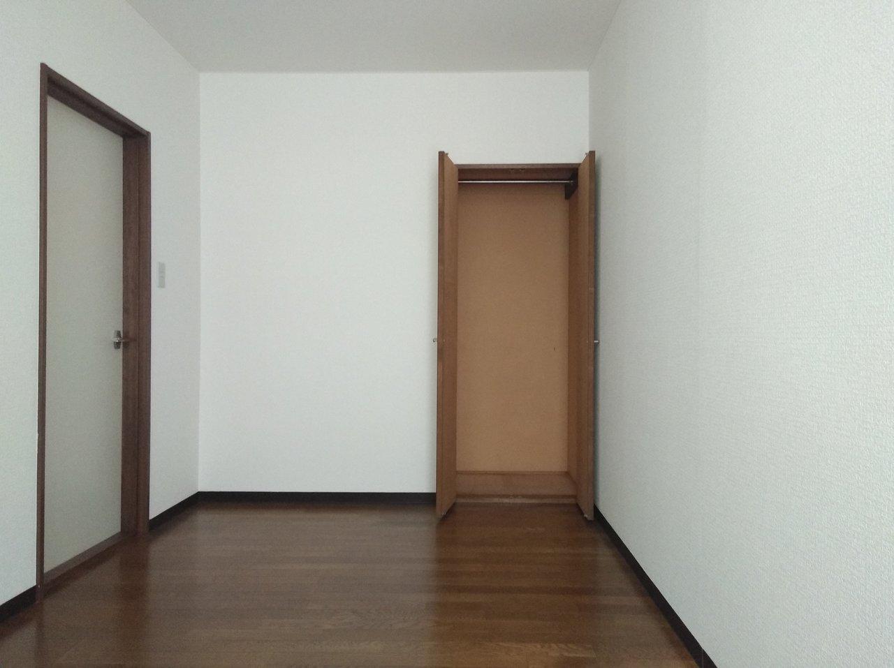 さらに5.2畳の洋室は、寝室にしましょうか。ベランダもあるので、お布団を干したりするのも楽ですよ。
