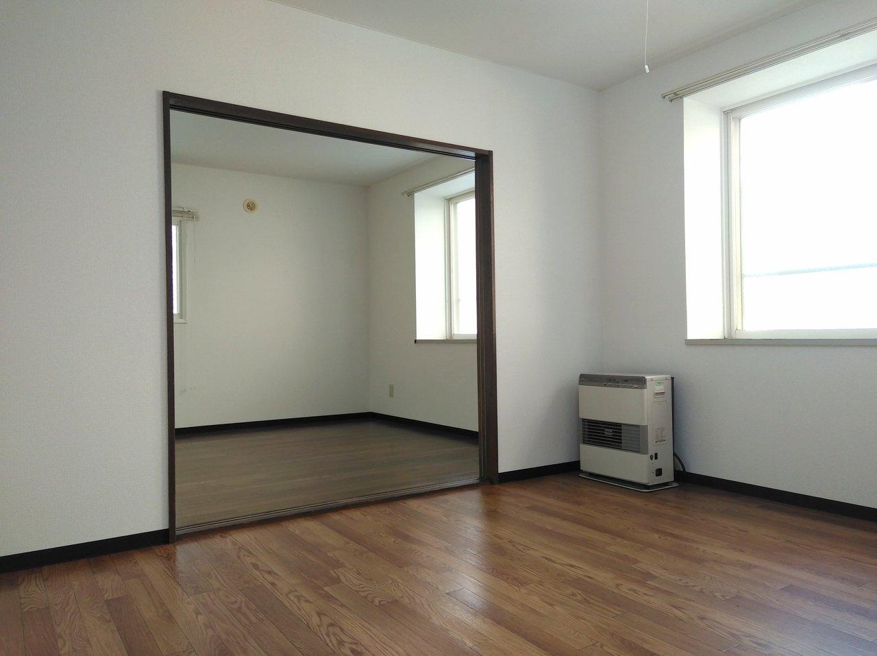 リビングとつながる5.8畳の洋室は、開け放して作業スペースとして使ってもいいかも。お気に入りのデスクと椅子、本棚なんかを置いたら、そのまま仕事もできそうです。