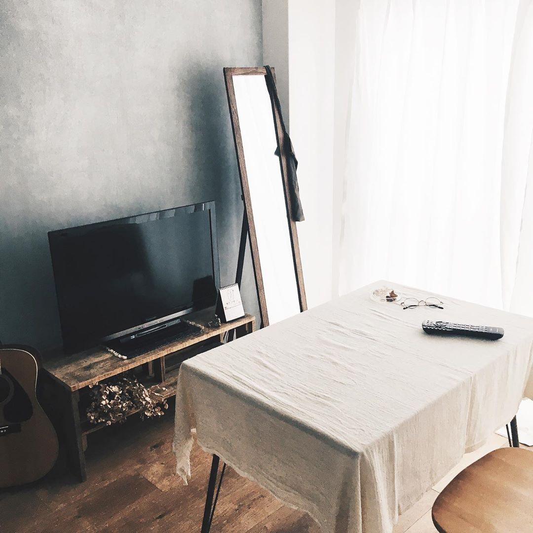 テレビボードの前に、机を配置して。ソファの代わりにダイニングテーブルと、座り心地の良い椅子があるのも、とてもいいですね。