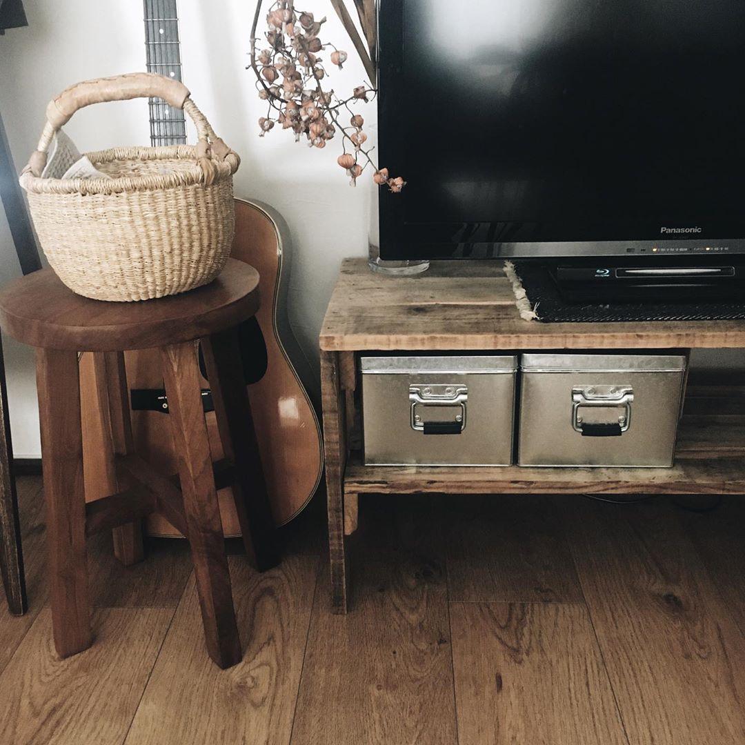 テレビボードはネットショップで買ったもの。古材を利用したもので、お部屋の雰囲気にとても似合っていますね。