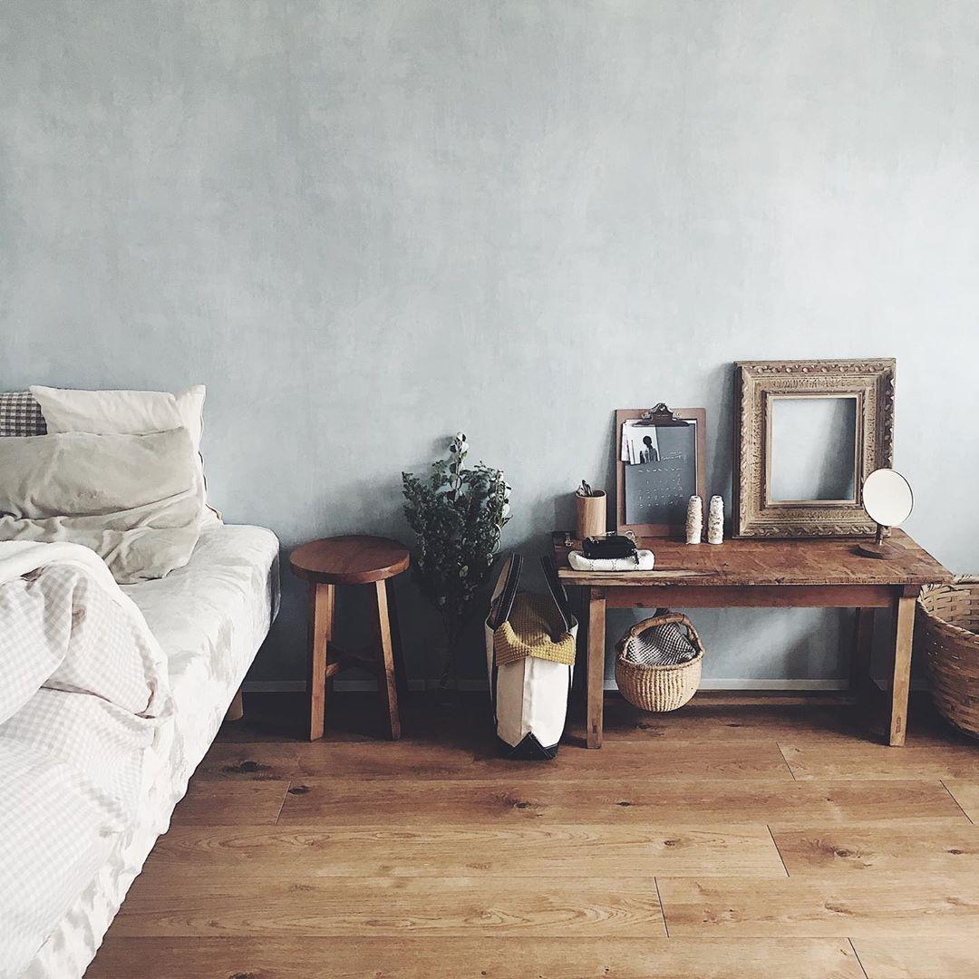 壁の色もとても素敵ですね。お部屋の雰囲気に合うような木の風合いの良い家具を揃えていらっしゃいます。ベンチやテーブルは、Instagramで見つけた古道具屋さんで購入したもの。
