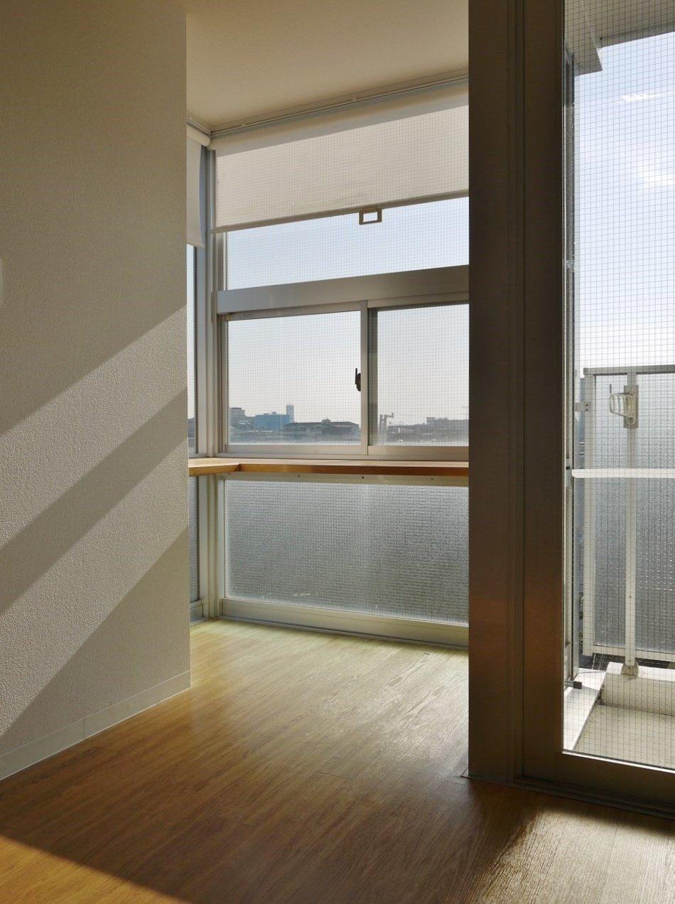 窓際にはちょっとしたスペースが。さらに窓沿いにL字型のカウンターテーブルがついています。ここをダイニングテーブル代わりにしてしまえば、ときにお日様の下で、ときに夜空を見ながら……。そんな食事の時間が楽しめそうです。