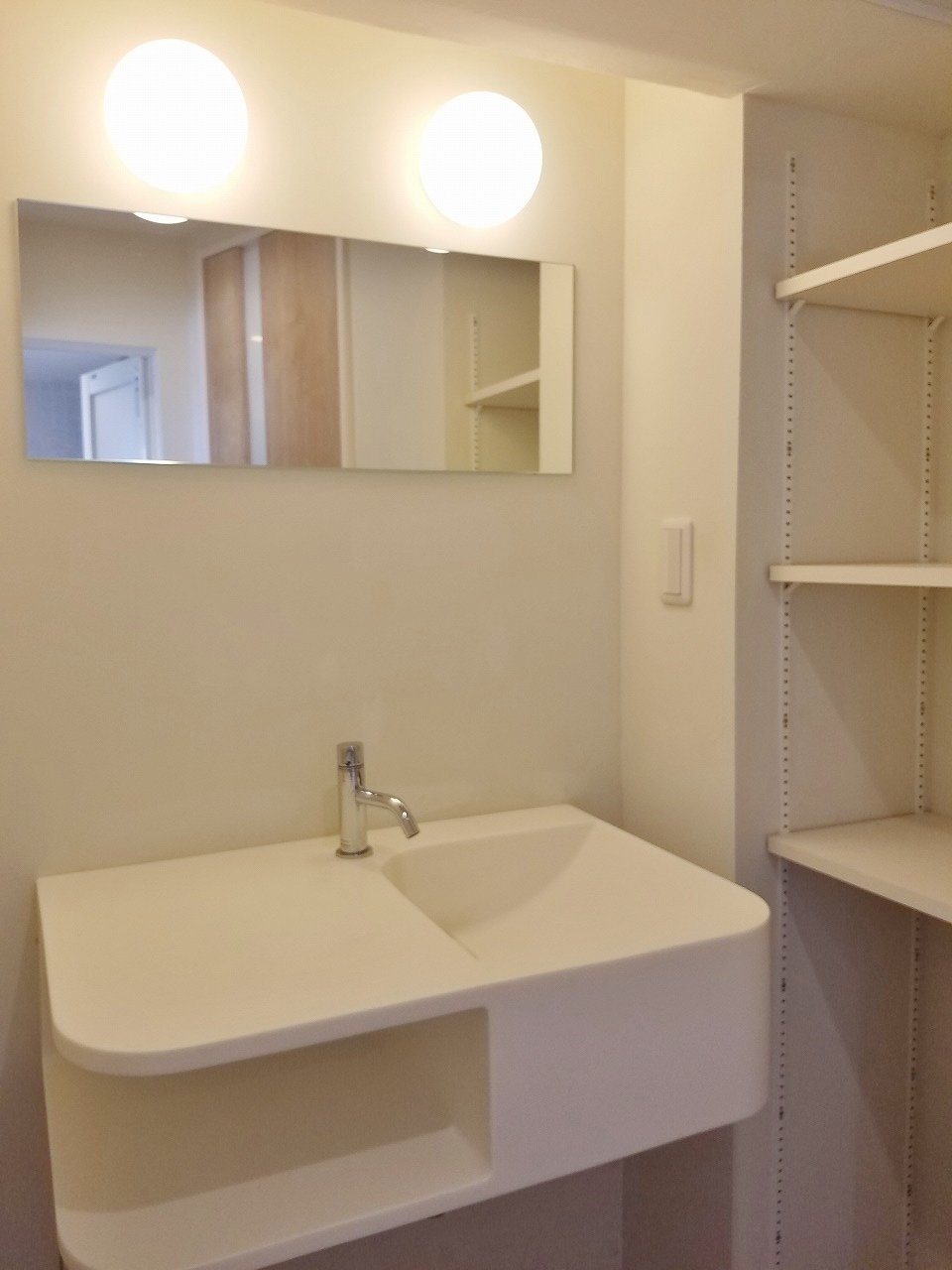 洗面台も少し変わった形。でも作業台と流しを兼ねていておしゃれですね。右側には棚もついているので、タオルなどはこちらに収納するといいでしょう。
