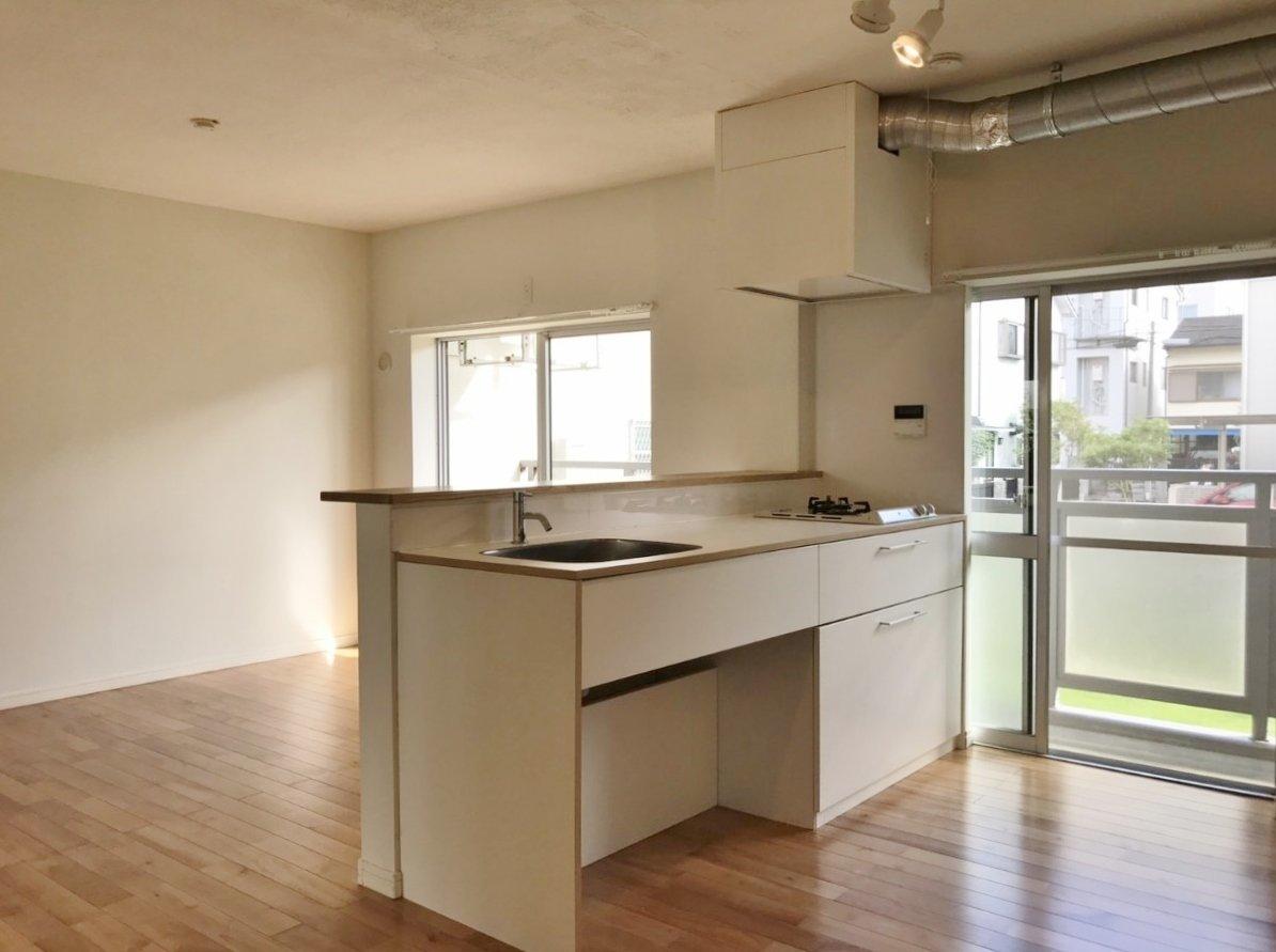反対側から見るとこんな感じ。無駄のないシンプルな内装が自由度が高くいいですね。キッチンは作業スペースがかなり広いタイプ。リビングを見ながら調理することができます。