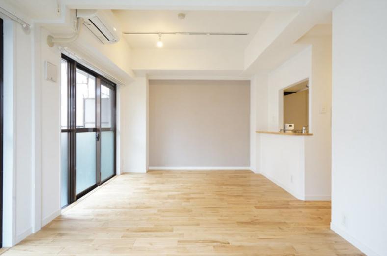 さて、お部屋はというと、2つの洋室と14畳のリビングダイニングで構成されています。カウンターキッチン前のスペースにはダイニングテーブルを置けそうです。(※写真はイメージです)
