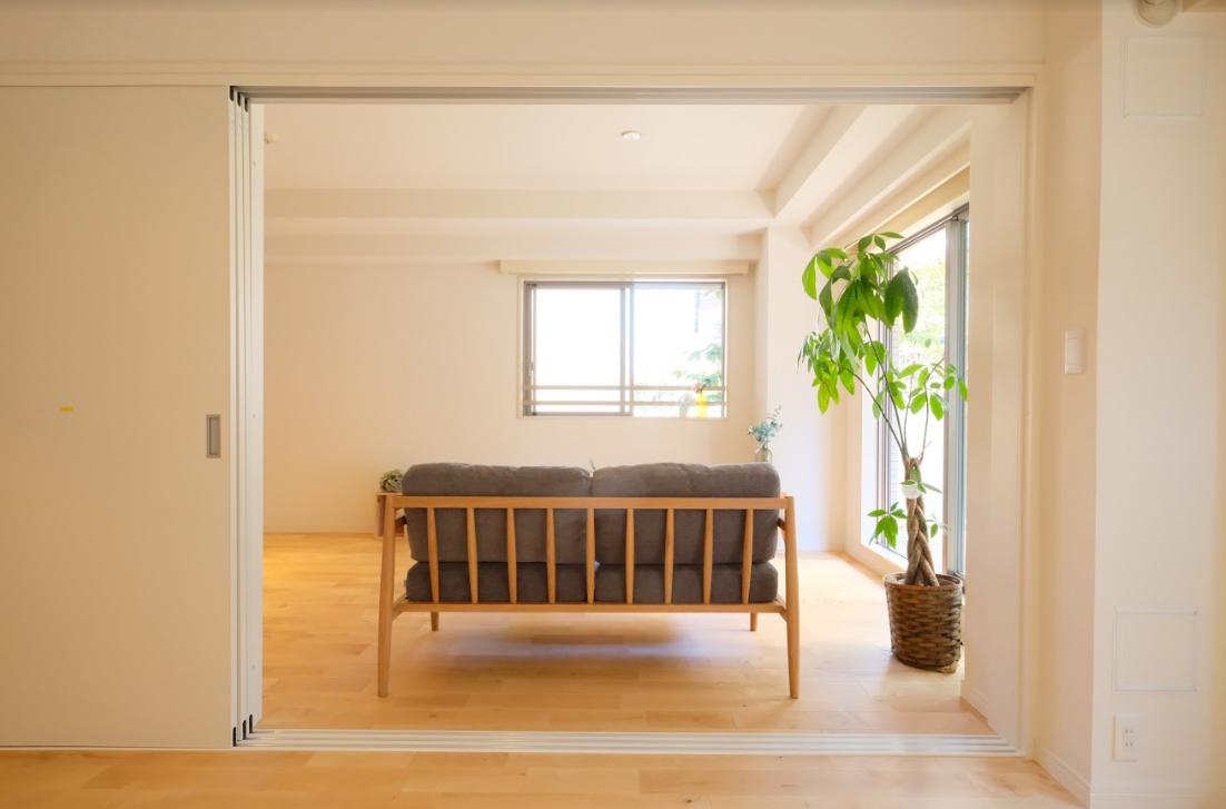 1つの洋室とは、スライド式のドアでつながっています。お子さんが小さいうちは、こちらを開け放して子どもの遊び部屋にしてもいいですね。(※写真はイメージです)