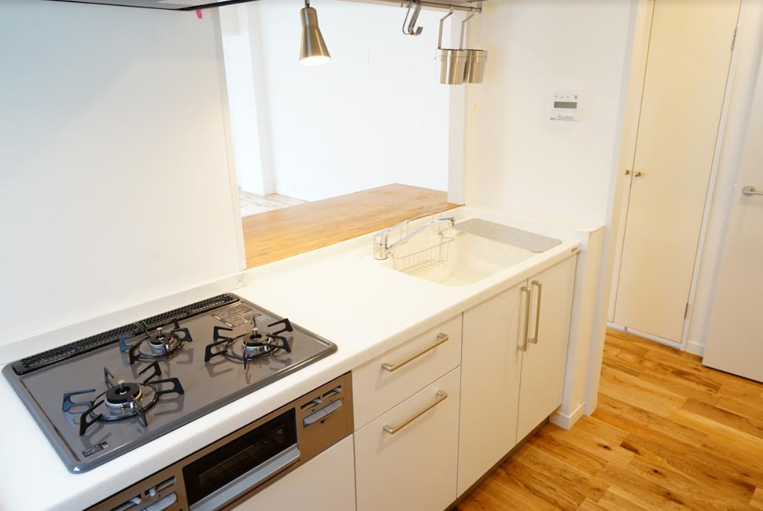 キッチンも白を基調としていてとってもきれい。カウンター式なので、お子さんが小さいうちもしっかり見守りながら家事をすることができそうです。(※写真はイメージです)