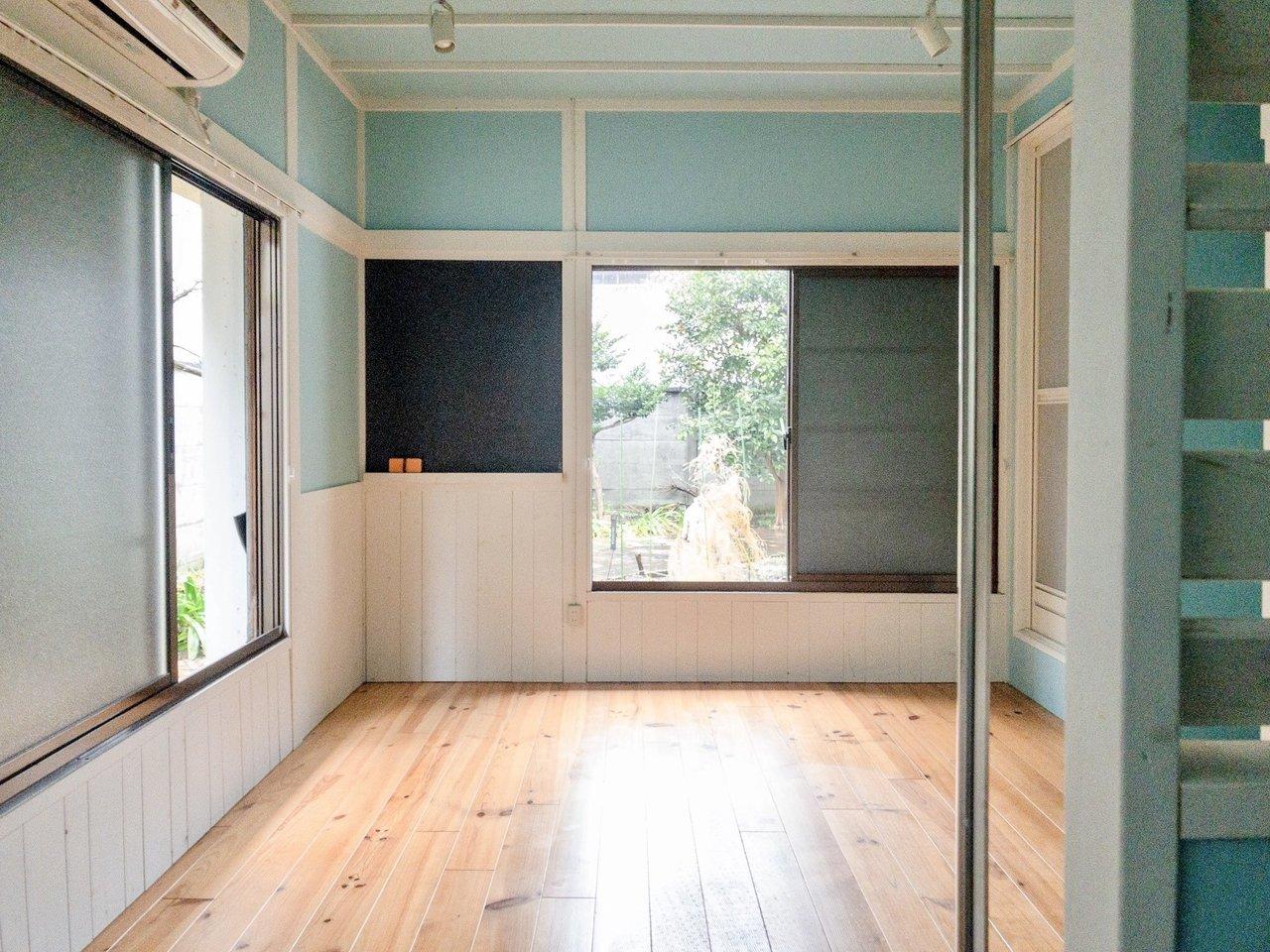 お部屋のなかは明るい色合いの無垢床が使われています。広さは6畳。水色の壁が、住む人を明るい気持ちにしてくれそうなお部屋です。