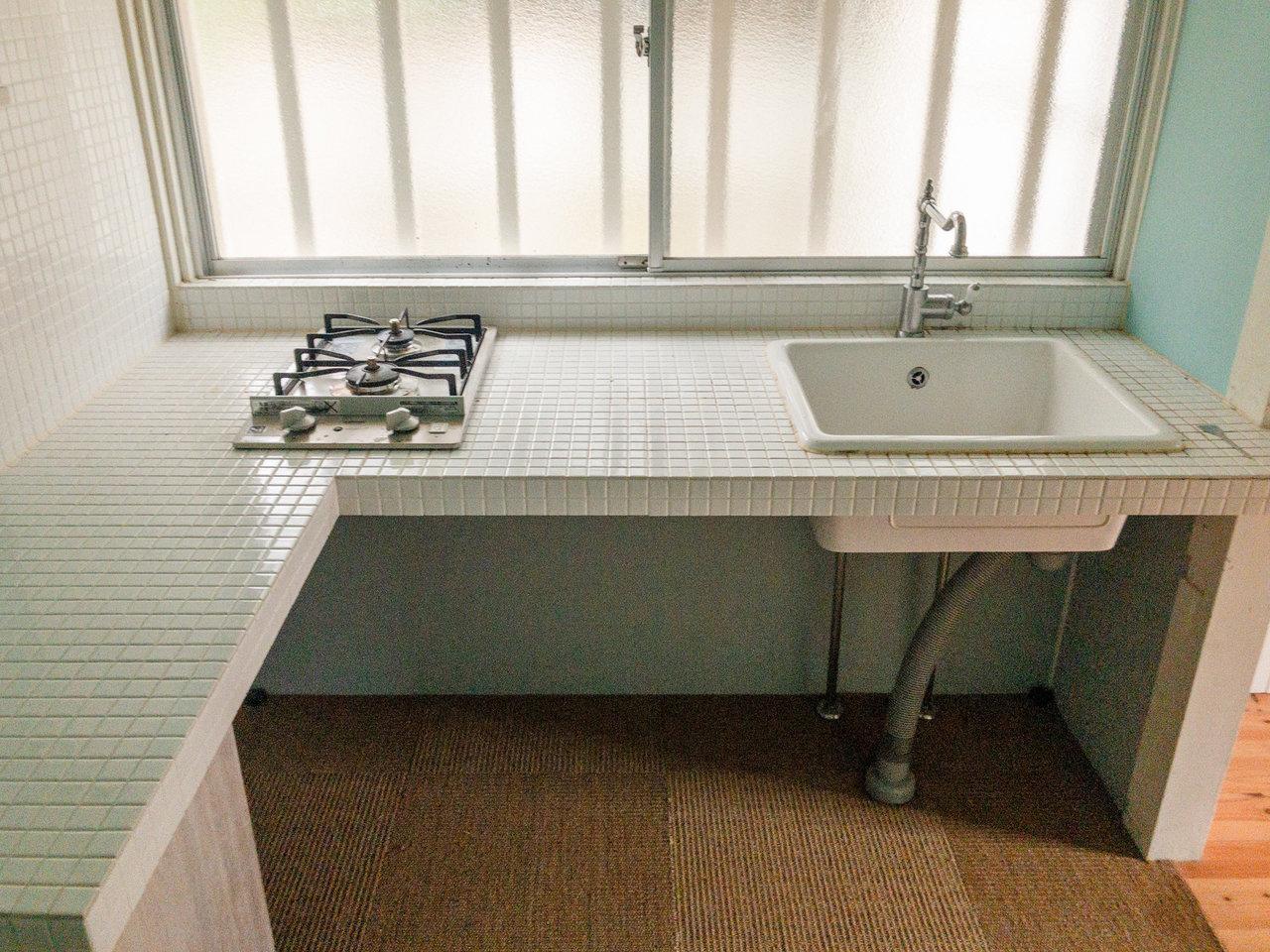 さて、もうひとつ素敵なのがこのキッチン。L字型で白いタイルが敷き詰められています。こんなところで料理をするの、憧れだな~。