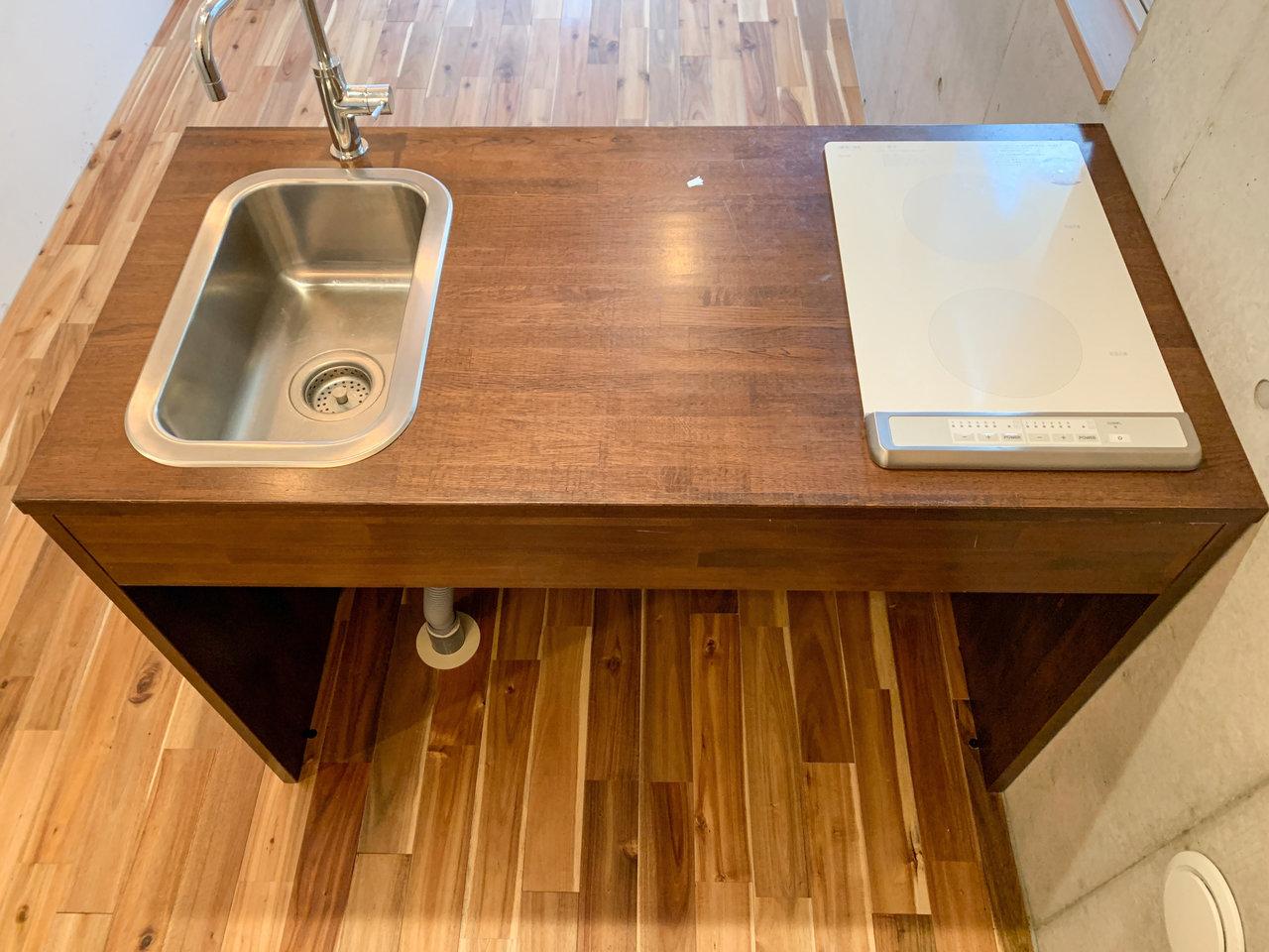 キッチンはシンクはコンパクトですが、その分作業スペースが広く、コンロもIH型で2口。料理はしやすそうです。