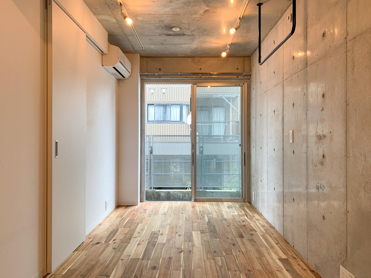 続いては、コンクリ×無垢床タイプの10畳ワンルーム。コンクリート壁はクールな印象を持ちやすいですが、こうして見るとその中にも温かさを感じることのできる仕上がりになっています。