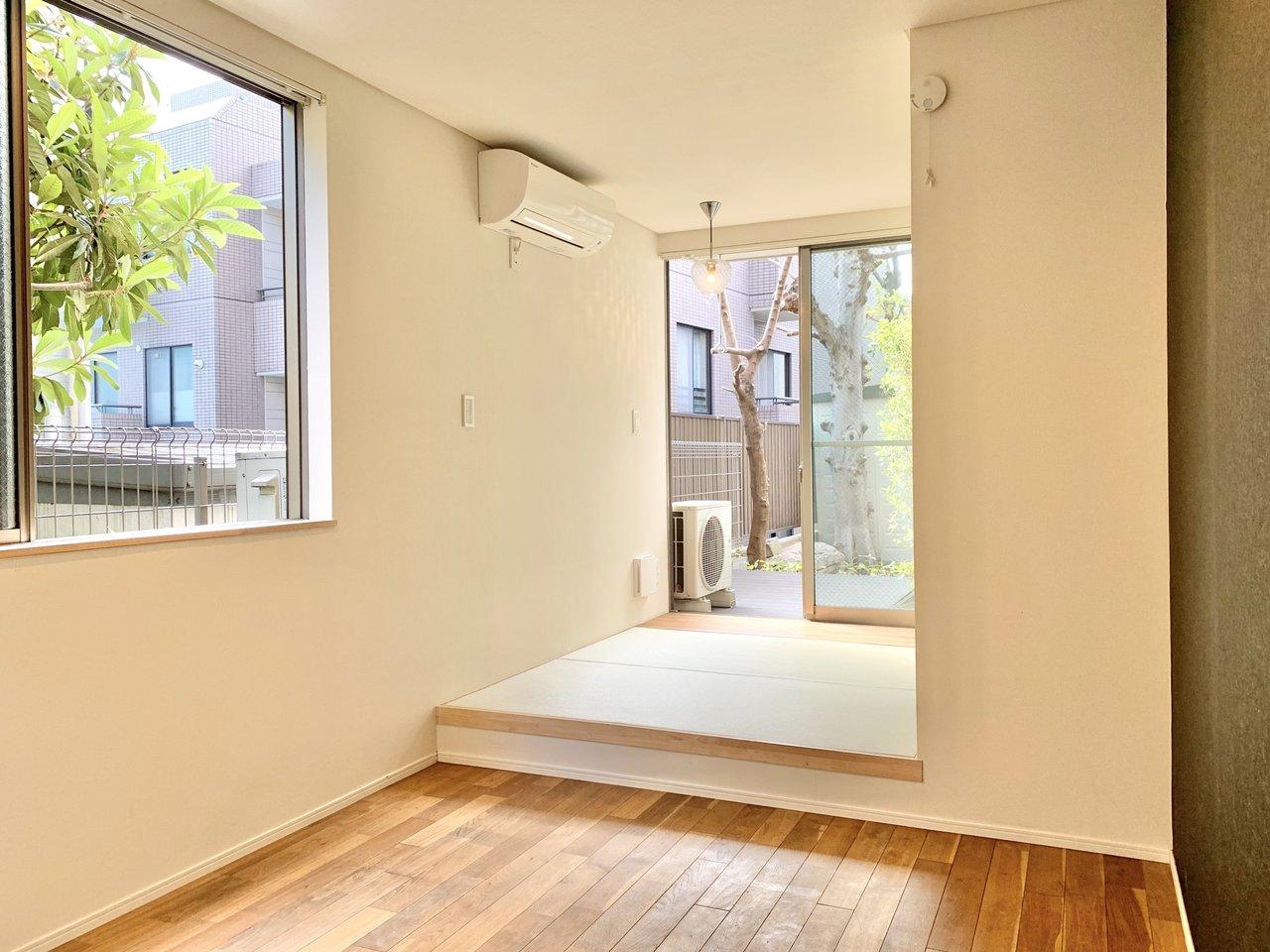こちらは、無垢床と畳を掛け合わせたワンルームのお部屋。無垢床部分が4畳、畳部分が2.3畳で合わせて6畳以上の広さがあります。段差があるので、ワンルームですがしっかり空間を分けることができそうです。
