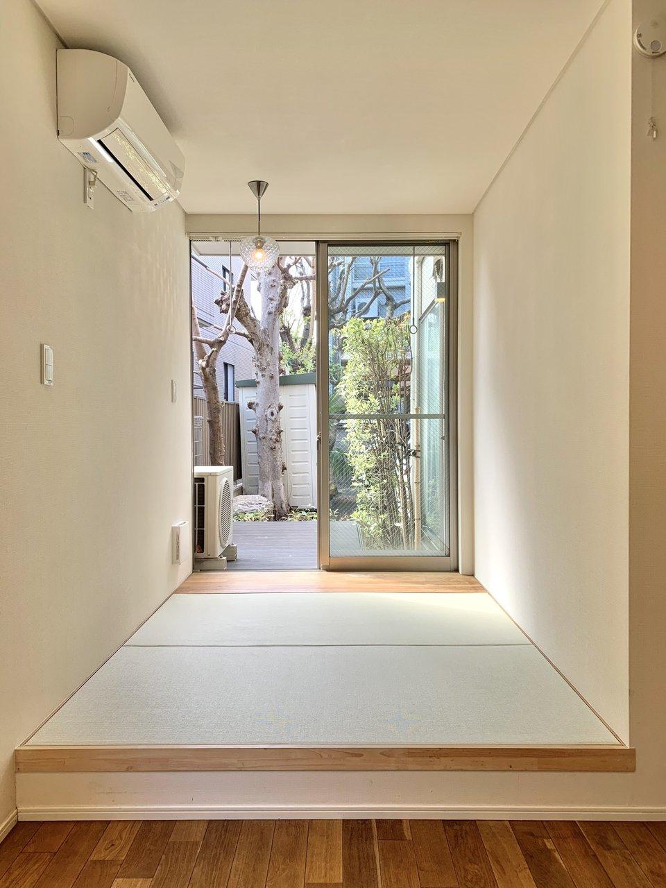 畳の方に日の当たる窓がありました。まるで縁側でゴロンと寝転ぶように、リラックスできるスペースにしたいですね。