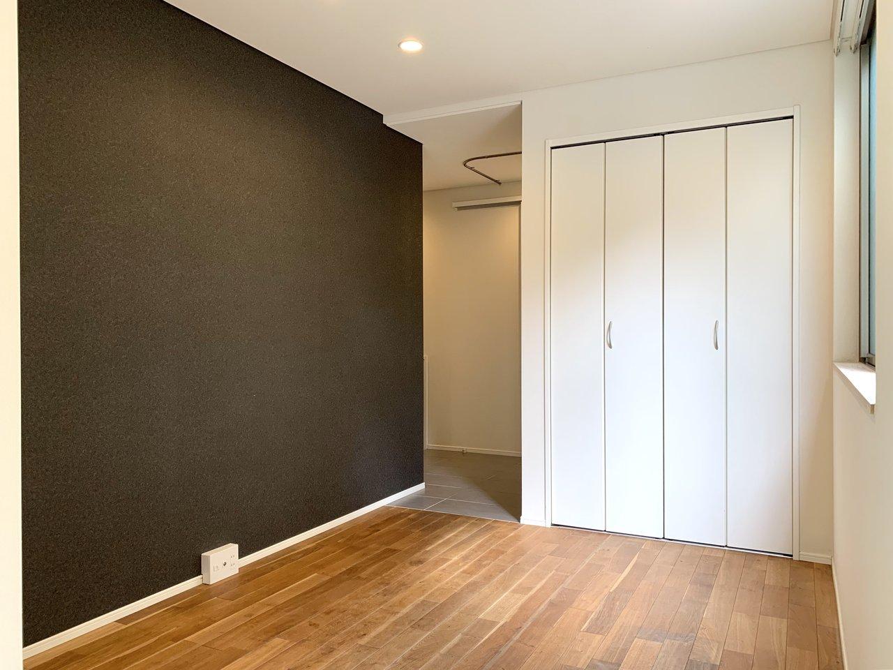 ダークトーンの壁紙が部屋の印象をキリっと引き締めてくれます。この辺りにテレビを置くのがいいでしょう。