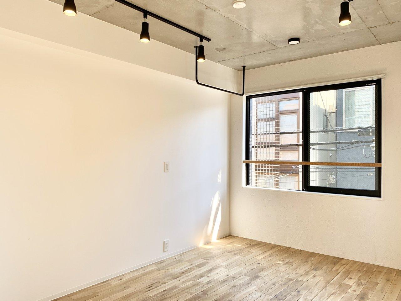 窓のないほうの壁は、真っ白。ここをスクリーンと見立てておうち映画、なんていうのもいいですね。