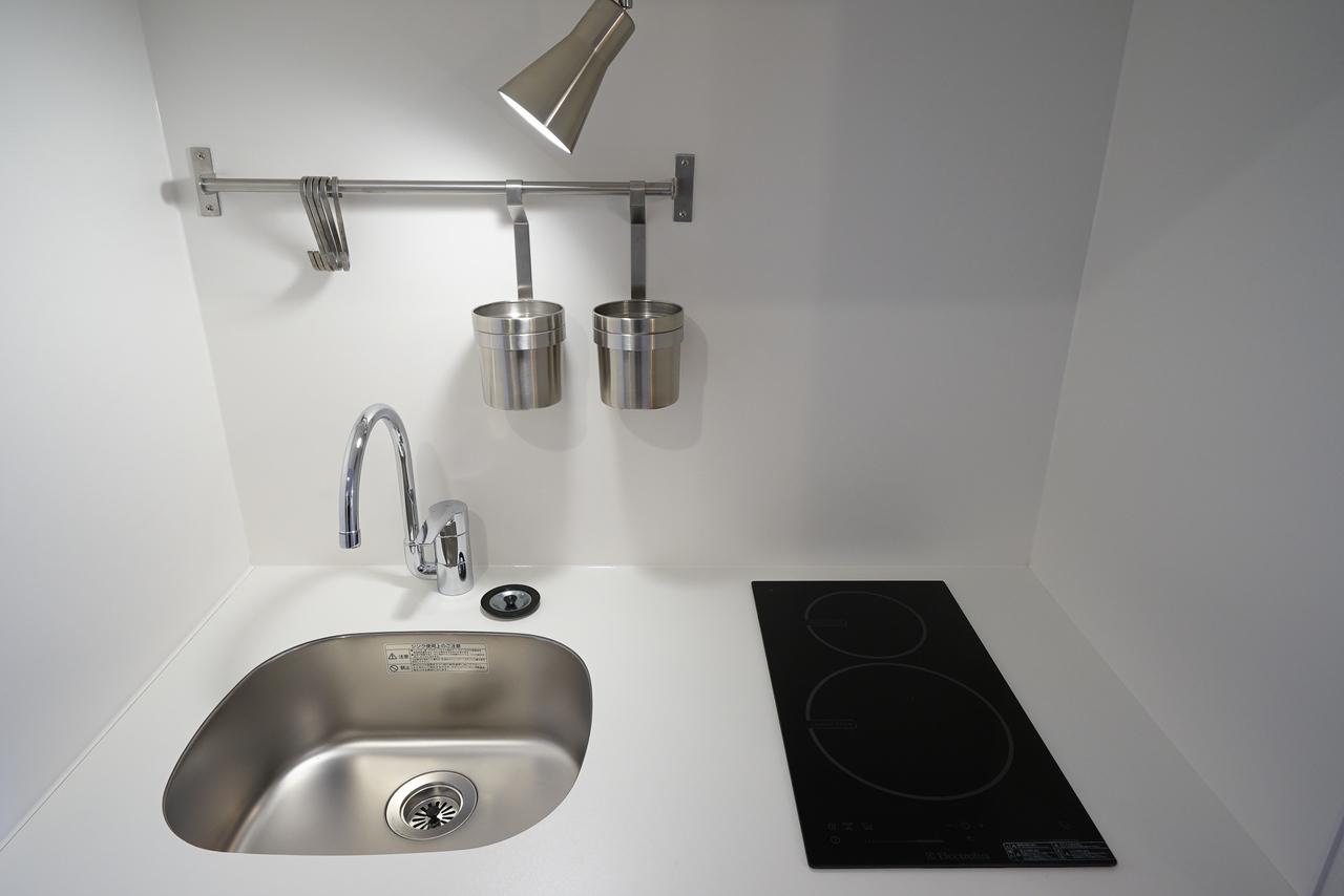 もちろんキッチンも、TOMOSのオリジナル。コンパクトなスペースに、調理器具をかけられるポールなどもついていて、便利です。