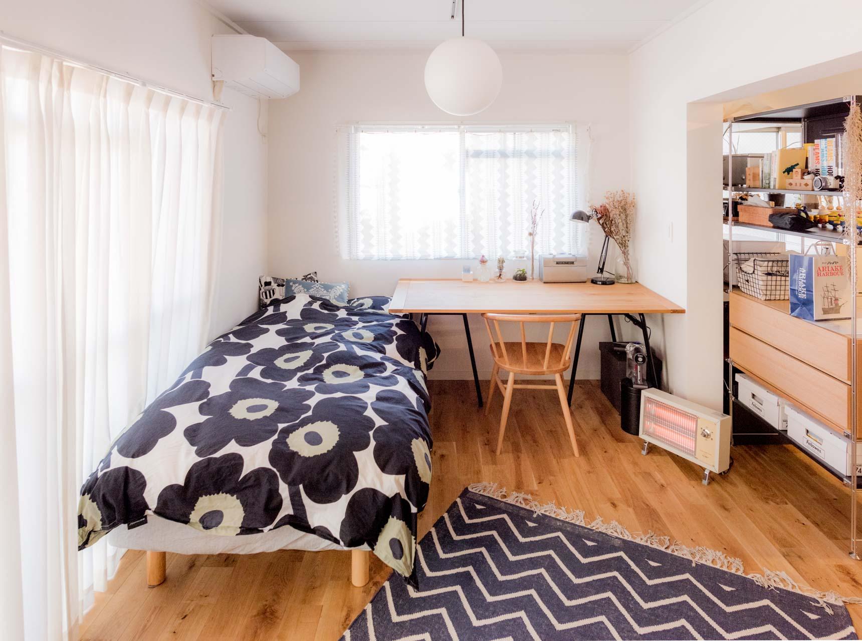決して広くはない部屋でこれだけ大きなデスクを置いても狭く見えないのは、ベッドと隙間なく配置し、空間を広くつかっているのがポイント。