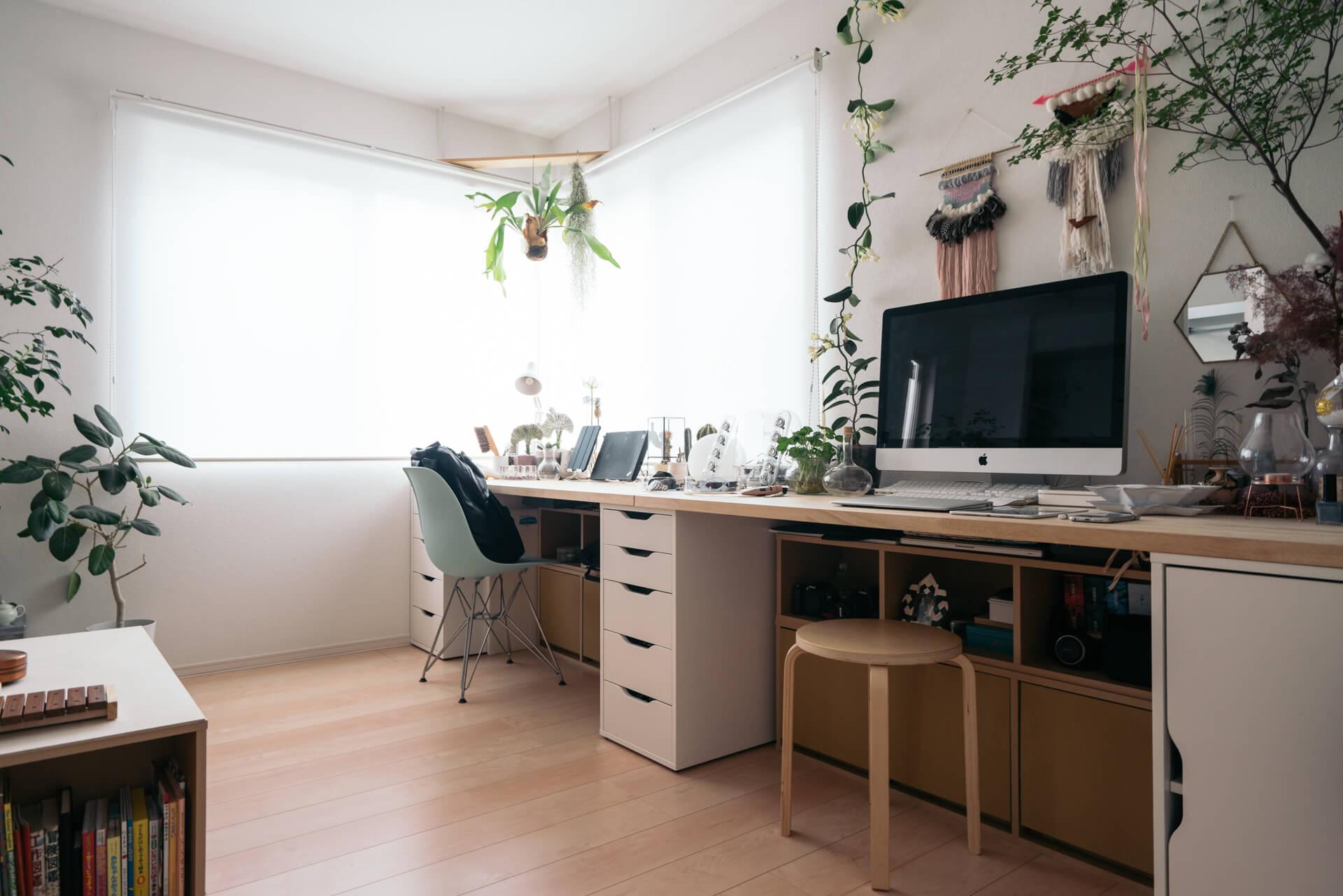 夫婦2人と、小さなお子様の3人で1LDKで生活をされている方の事例。お二人とも自宅で仕事をすることが多いということで、壁1面をワークスペースとして使っています。しかもこれ、IKEAの収納家具に天板を載せただけで作ったというから驚きのアイディアです!
