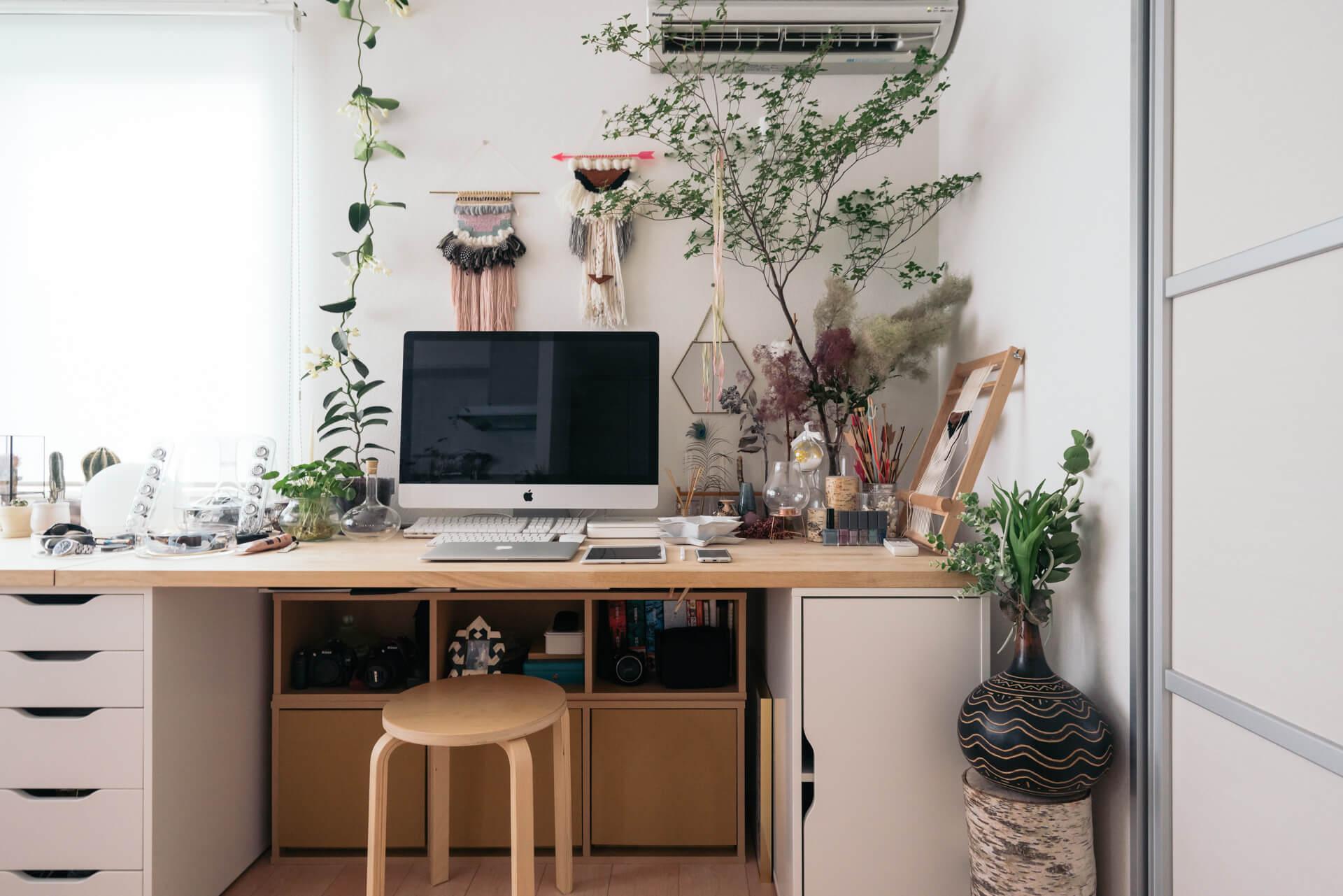 また仕事をしている中でも緑や自然の雰囲気を感じていたいと、デスク周りにはグリーンも多めに配置。自分が心地よく仕事ができる工夫ができるよう、壁にぴったりデスクをつけてしまう、というのはアリですね。