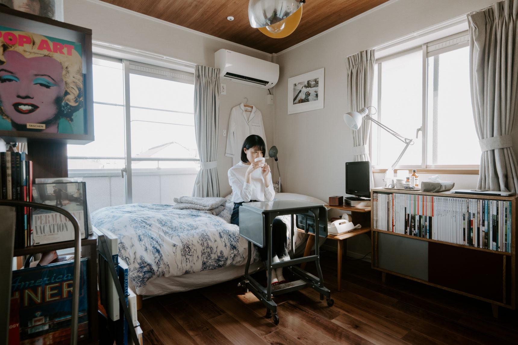 ワークデスクは少し高さがあり、可動式で折り畳みのできるものを活用。普段はベッドに腰をおろして作業をされています。必要のないときは折りたたんで部屋の隅に置いておけば、導線を邪魔せず生活ができそうです。