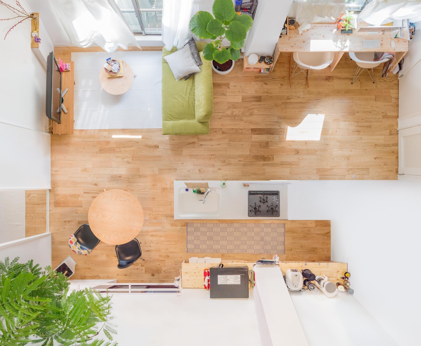 2人暮らし、カップルで1LDKのお部屋に住む方の事例。全体を見渡すと、食事をするところ、リラックススペース、そして仕事スペース、としっかり分けられていますね。右上に見えるのが、ワークデスクの位置です。