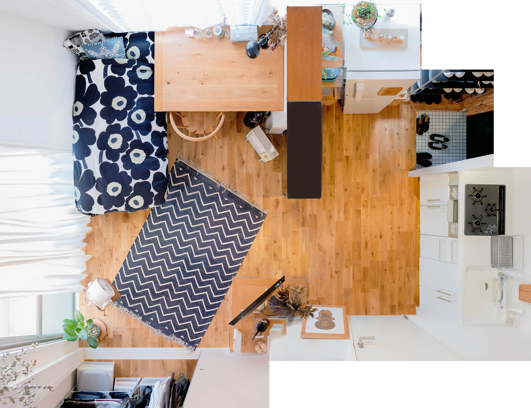 ワンルームにお住まいの方の事例。ワークデスクは幅1,600mmという大き目のサイズのものを使って、窓際に配置しています。