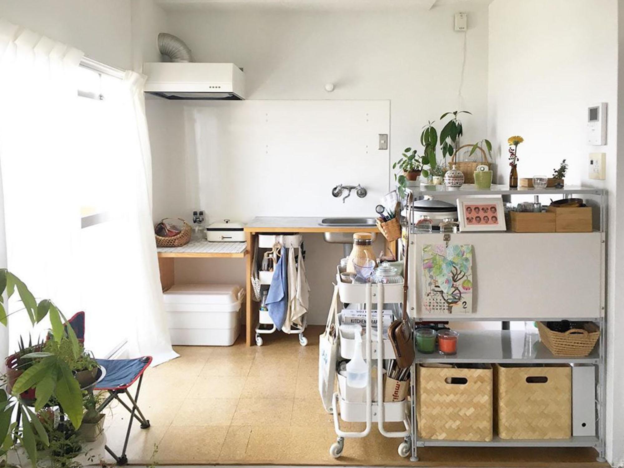 同じく、作りこまれていないところがお気に入りのキッチン。「最小限のものでスタートしてみよう」とガスコンロをおかず、卓上の小さなIHコンロのみ。生活感が出ないように、手前に置いた無印良品のラックの奥に家電類は隠しています。冷蔵庫もこのラックの高さを超えないように、こだわりました。