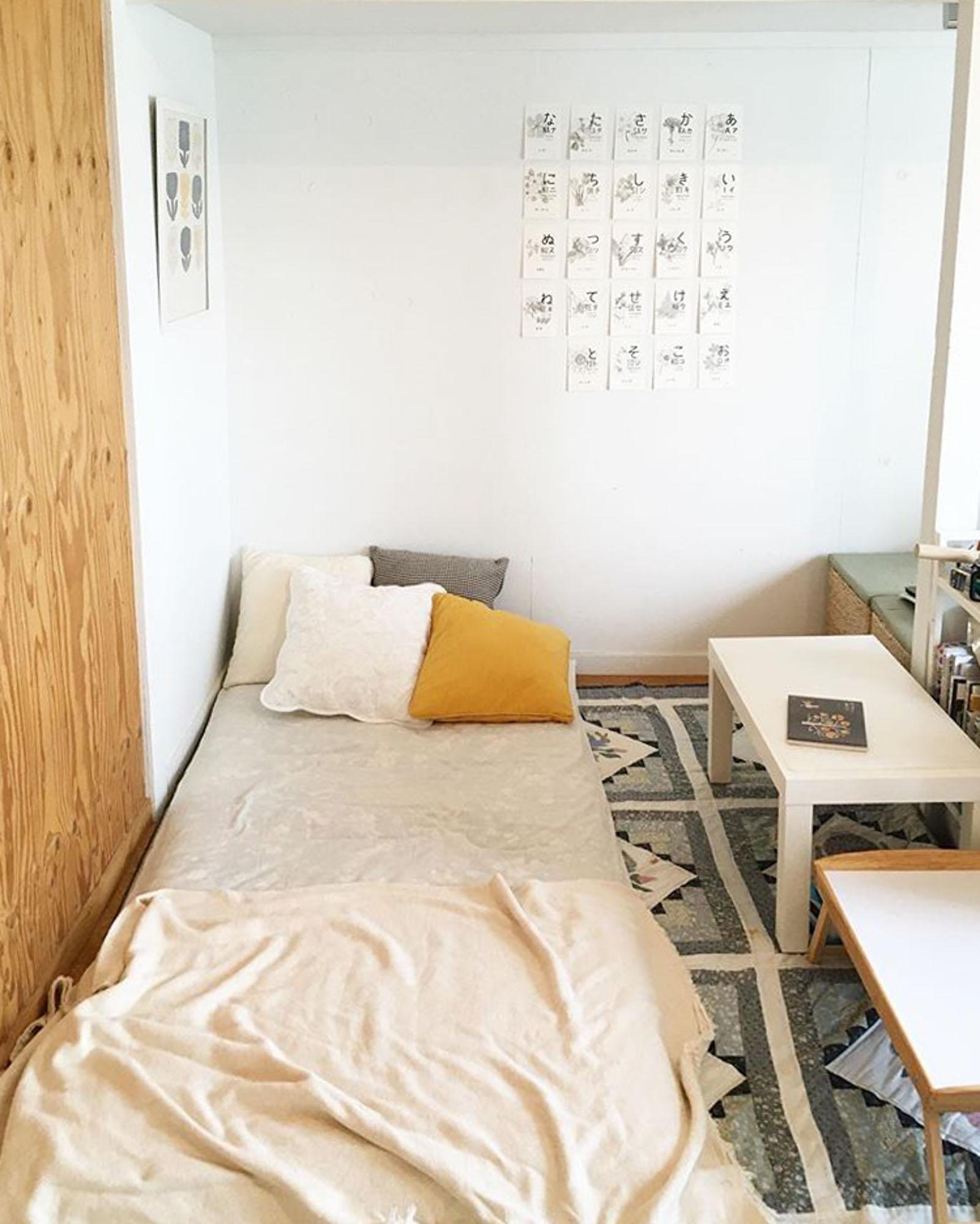 お客さんが泊まるときや、気分転換にしたいときはマットを伸ばしてここで寝られるようになっています。