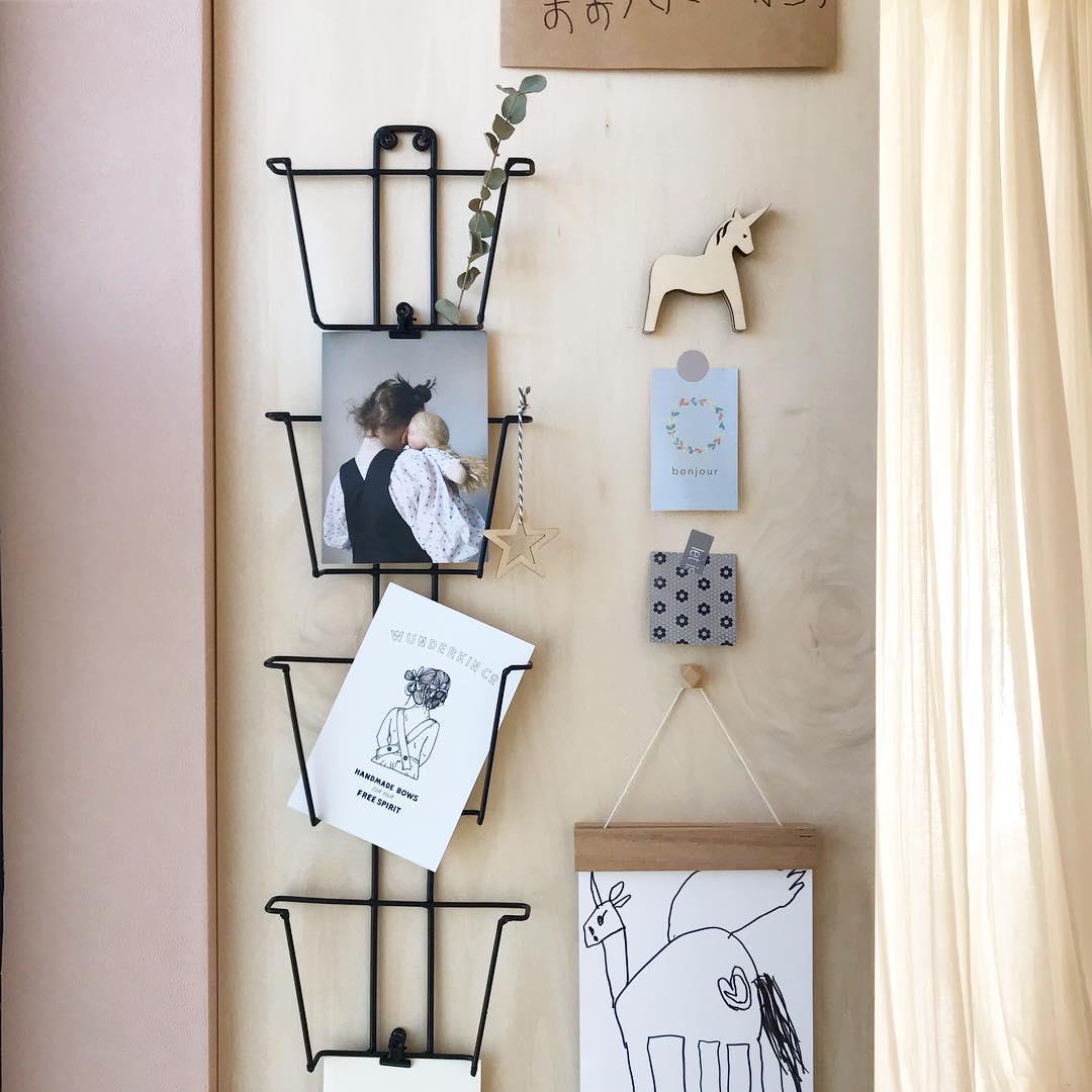 お子さんのイラストやポストカードも、ただ壁に貼るのではなくてラックやハンガーを利用して楽しく飾っていらっしゃいます。
