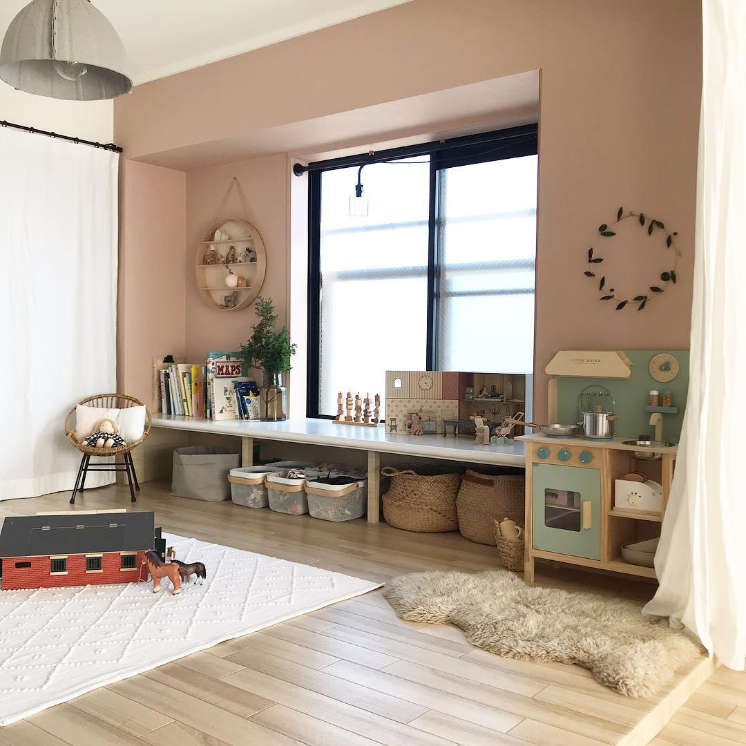 フローリングシートを敷き、壁や、和室特有の木枠にははがせる壁紙を貼りました。窓際にあった「地袋」という収納スペースは、引き戸を全て外し、木目調シートを貼って洋風に。上にはデスクになるように板を載せました。