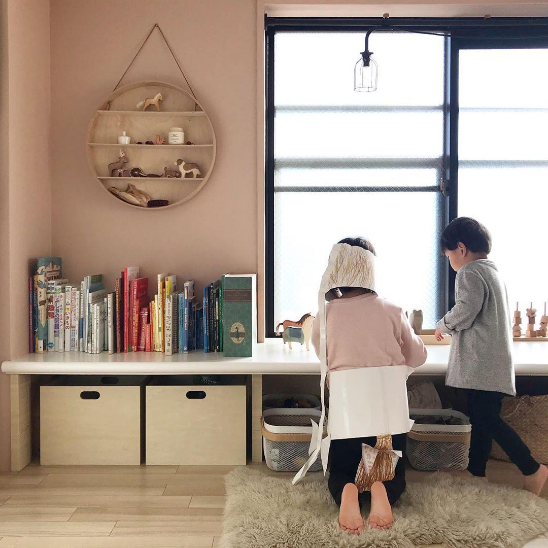 おもちゃの収納もでき、お子さんにもちょうどいい高さの机になっていますね。