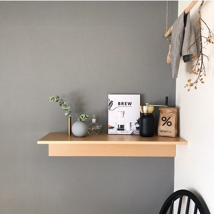 壁につけられる家具で、好きなものを飾る場所をつくって。
