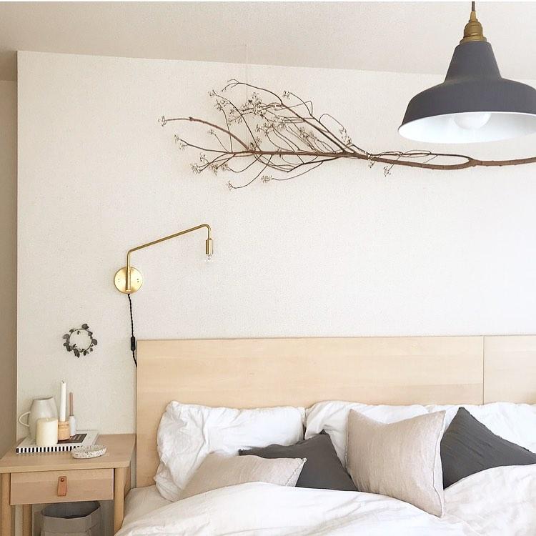 こちらは家族4人の寝室。ナチュラルなグレー、ホワイト、木のテイストを基本に、ゴールドのライトで引き締め。