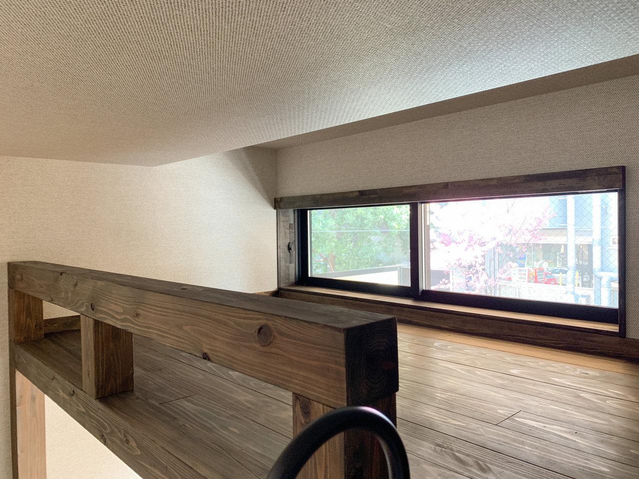 ロフト部分は寝室に。高さは少し低め。窓があるので換気も十分できそうです。