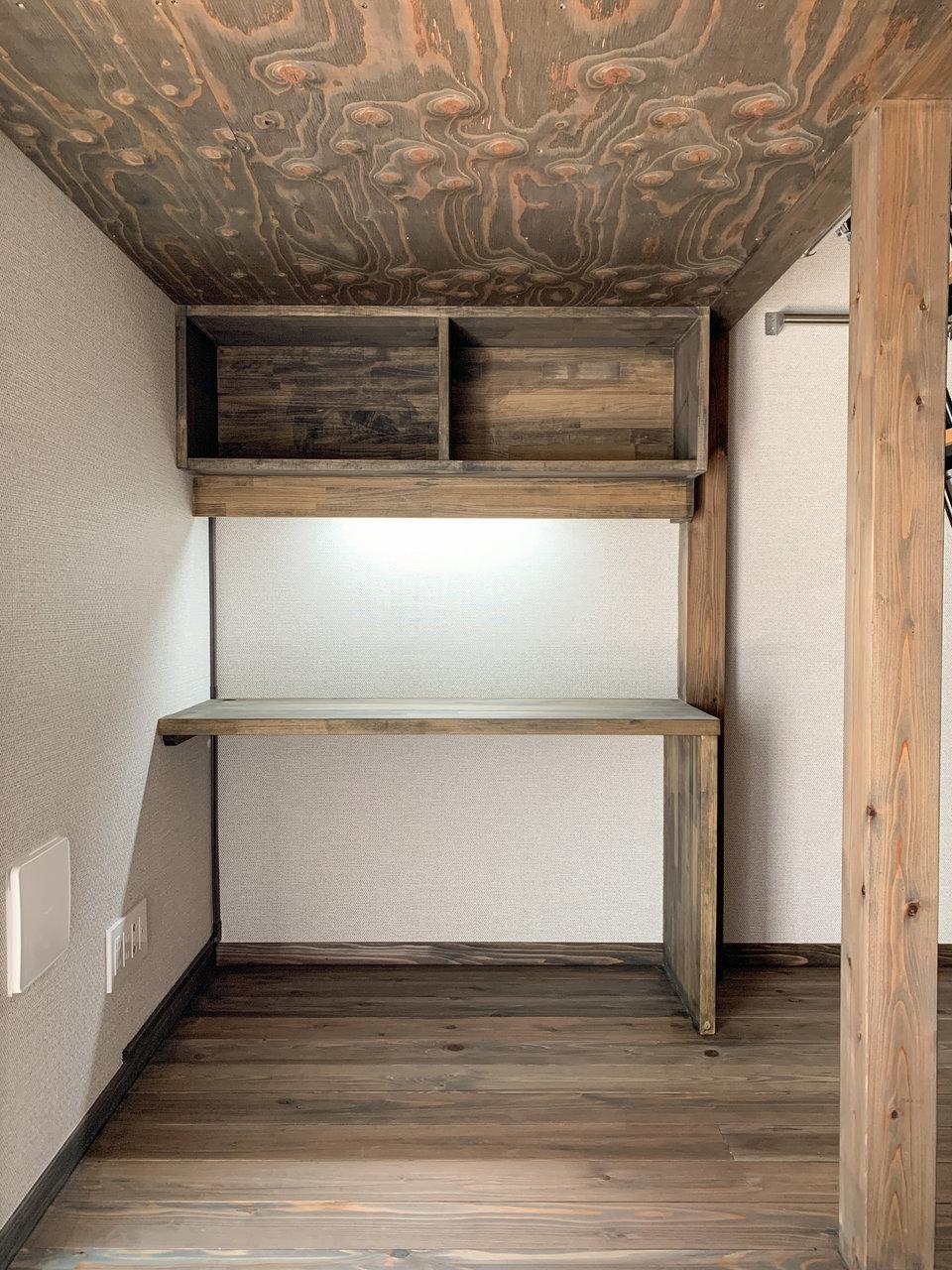 ロフトの下には、しっかり書斎に使えるデスクが備え付けられています。棚もついているので、本や書類などの整理にも便利です。