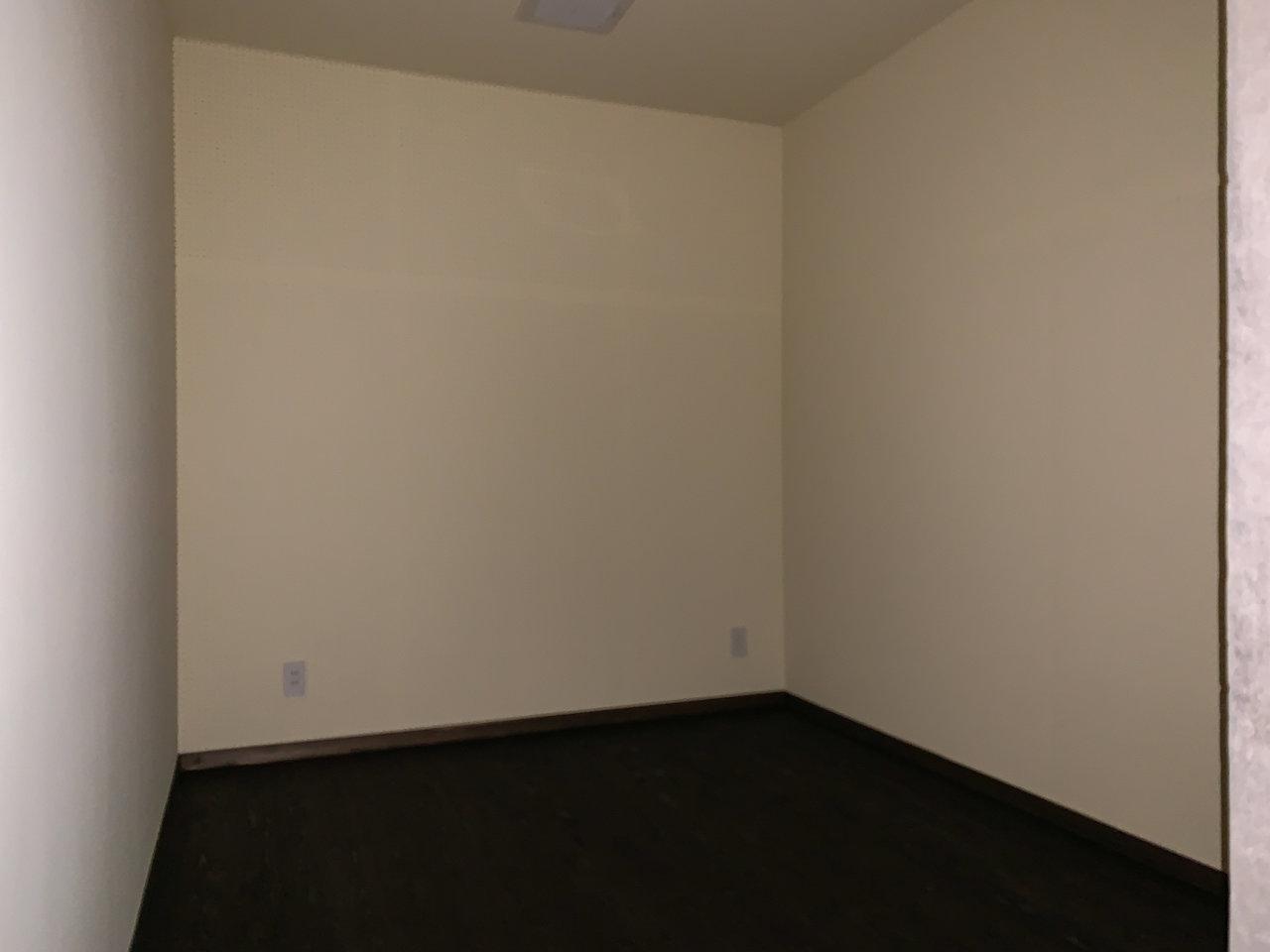 広さ5畳ほどの防音室もついているのも珍しい。プロジェクターを買って映画鑑賞スペースにするなんていうのもアリですね。