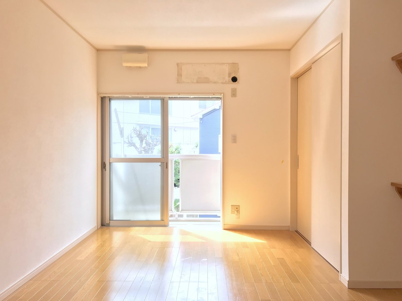 南西向きの大きな窓から明るい陽射しが差し込む1DKのお部屋です。