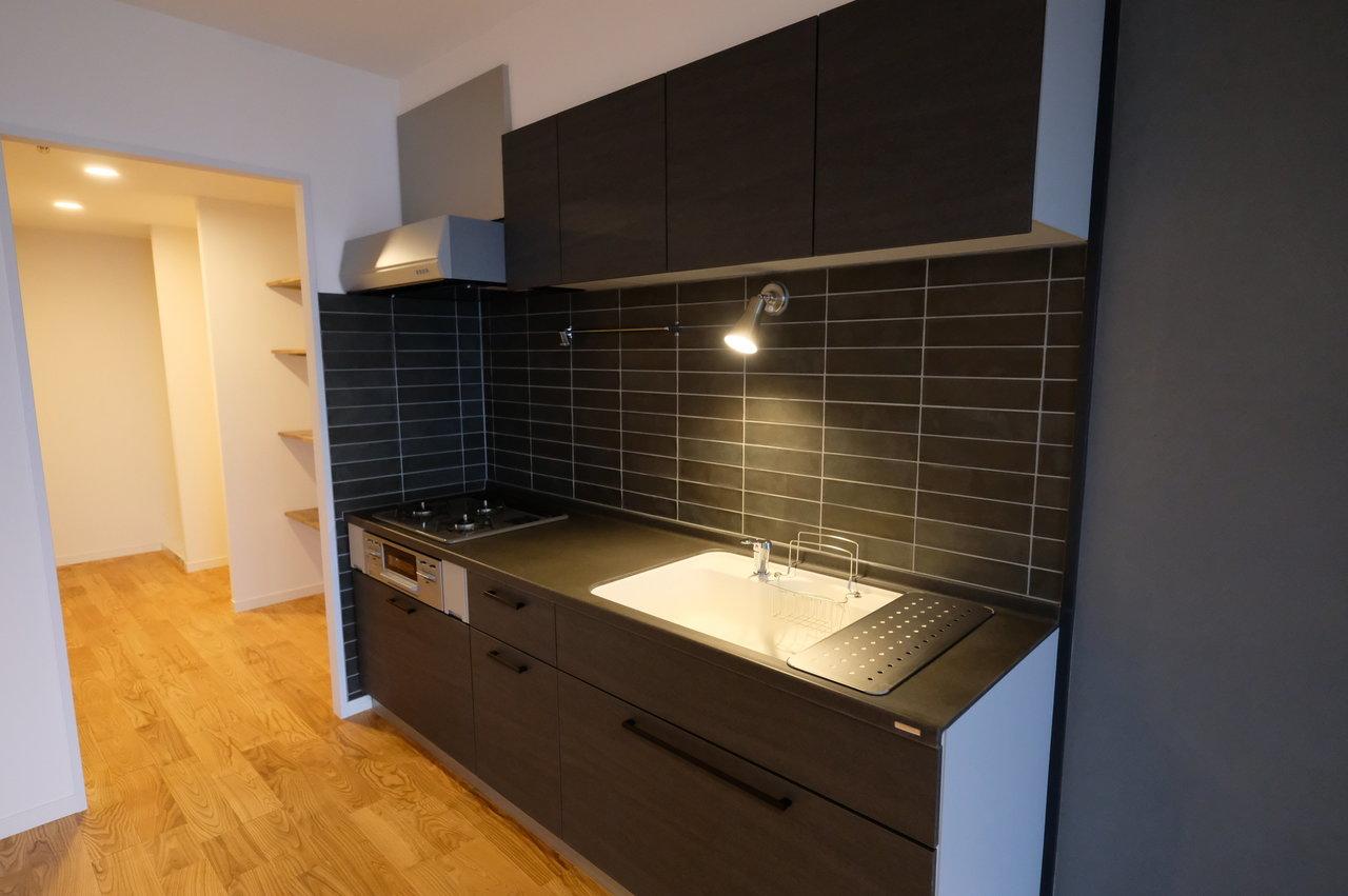 キッチンはTOMOSのデザインとしては珍しい、黒で統一してシックに。部屋の壁紙の色合いともマッチしていて大人っぽい印象がお好きな方におすすめです。