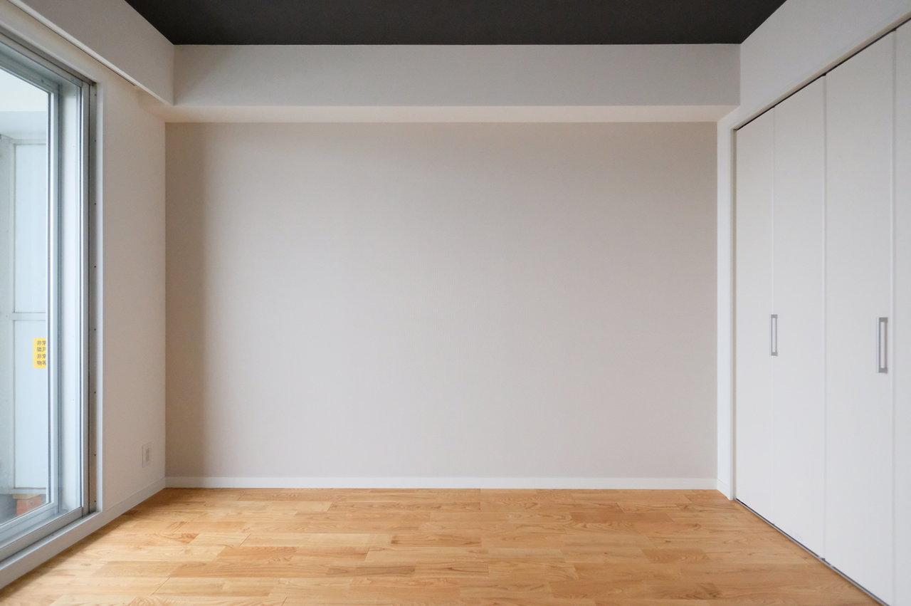 2部屋あるうち、7.5畳あるお部屋は淡いグレーの壁紙が。ダブルベッドも難なく置けそう。収納スペースも広いので、荷物が多い方でも安心。