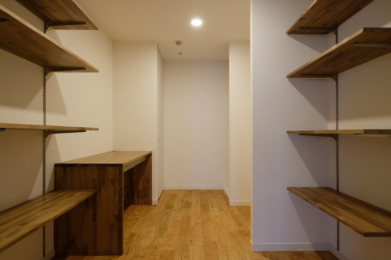 キッチン奥には収納スペース兼、書斎スペースがあります。簡易デスクもあり木の素材が温かみがあって良いですね。お気に入りの椅子を置いて、すぐにデスクワークが始めれます。